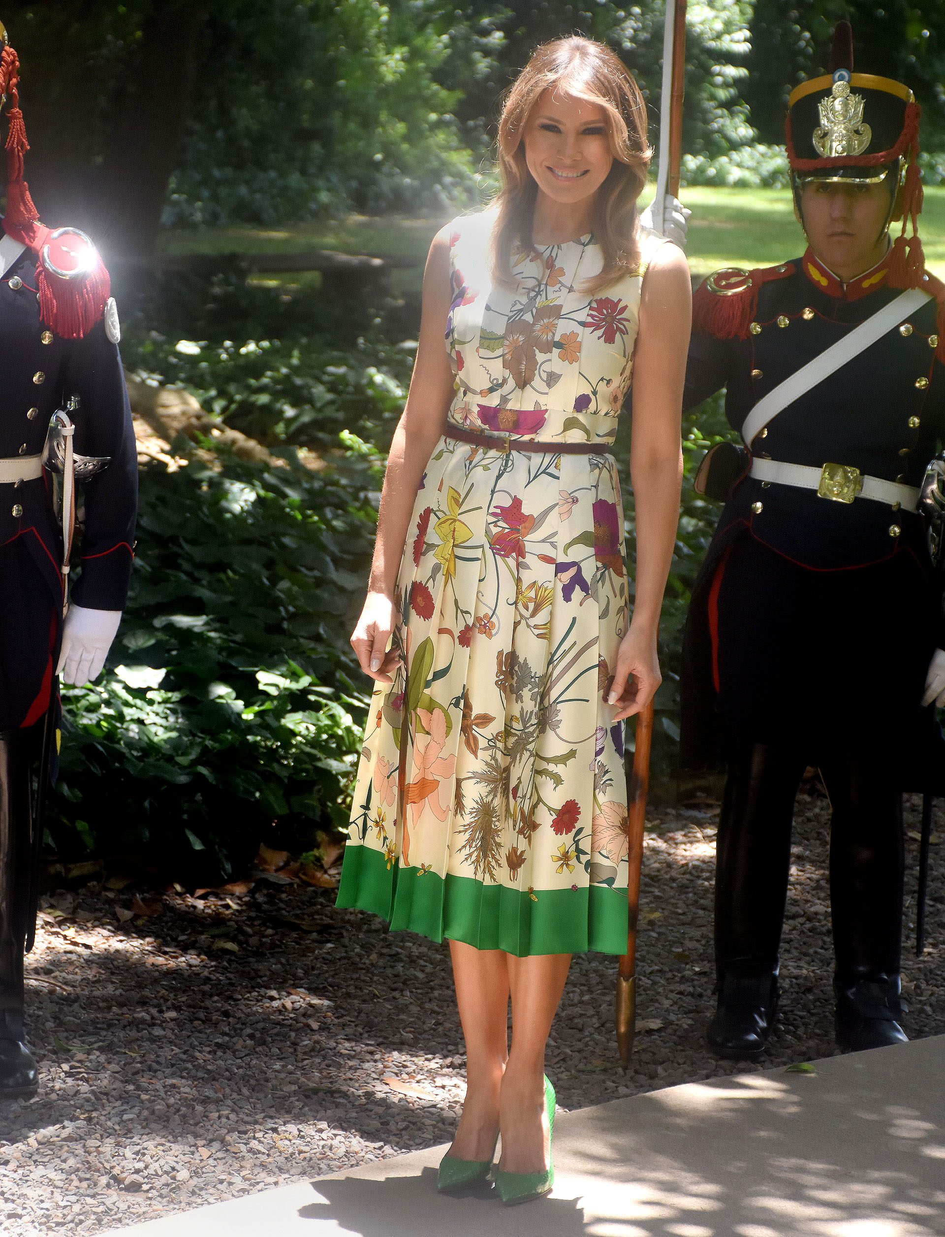 Melania Trump nunca defrauda con sus looks. Para la visita y almuerzo a Victoria Ocampo optó por un vestido plisado estampado con detalle de verde, completó el look con un cinturón finito y en sus pies