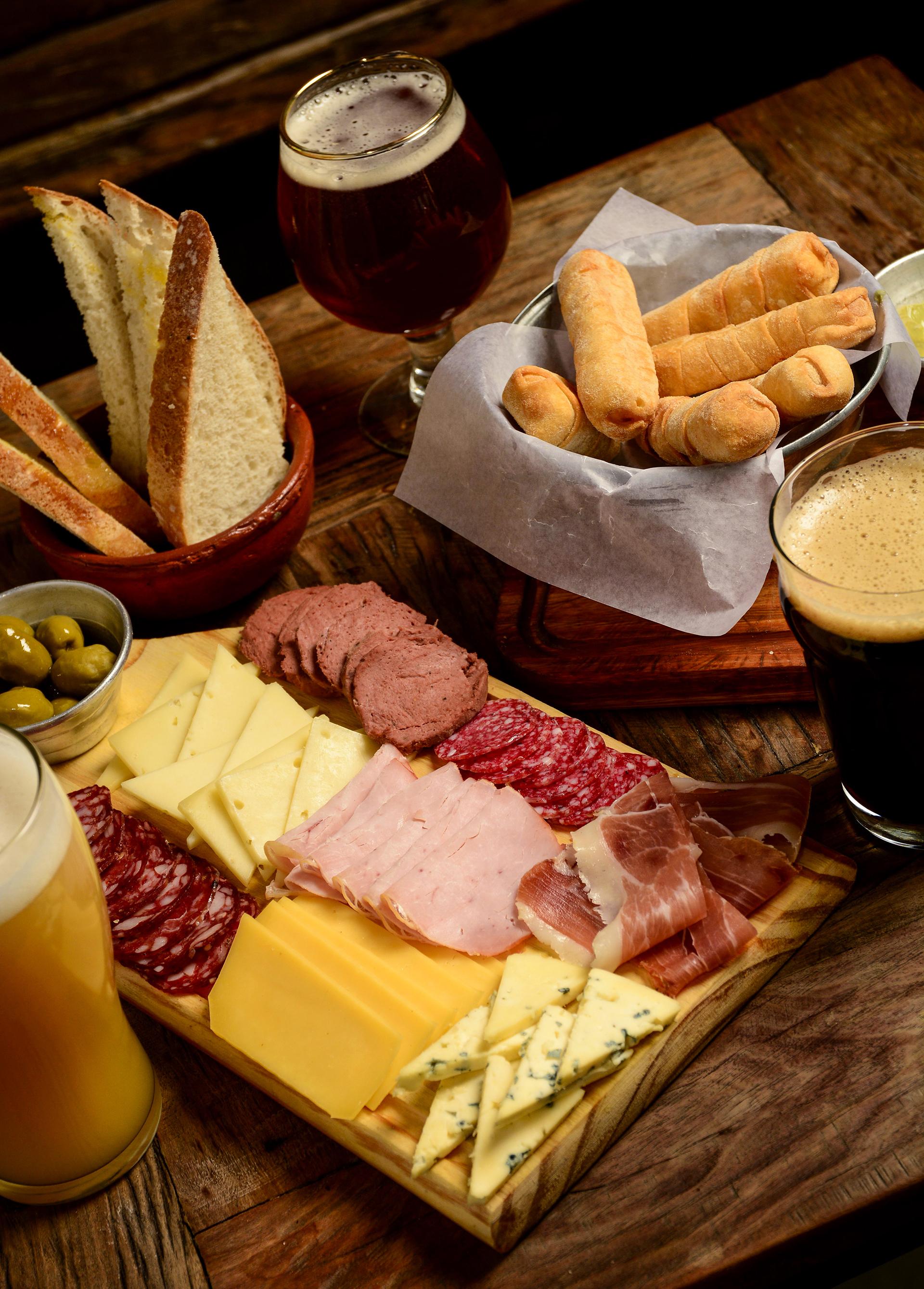 Invita a terminar cada día con las mejores cervezas artesanales del país. Con estos clásicos, exóticos y algunas propias que se pueden disfrutar únicamente en el lugar.