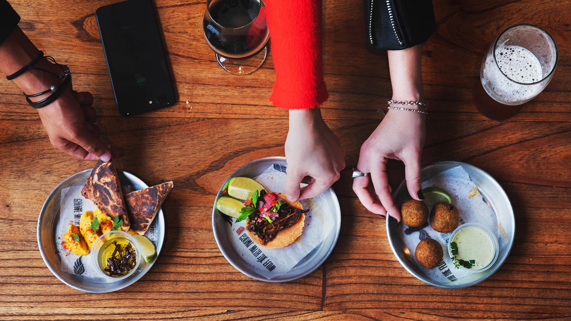 Con propuestas caseras y de inspiración callejera, la carta de comidas de la cervecería Growlers sugiere diversas opciones de platos para picar