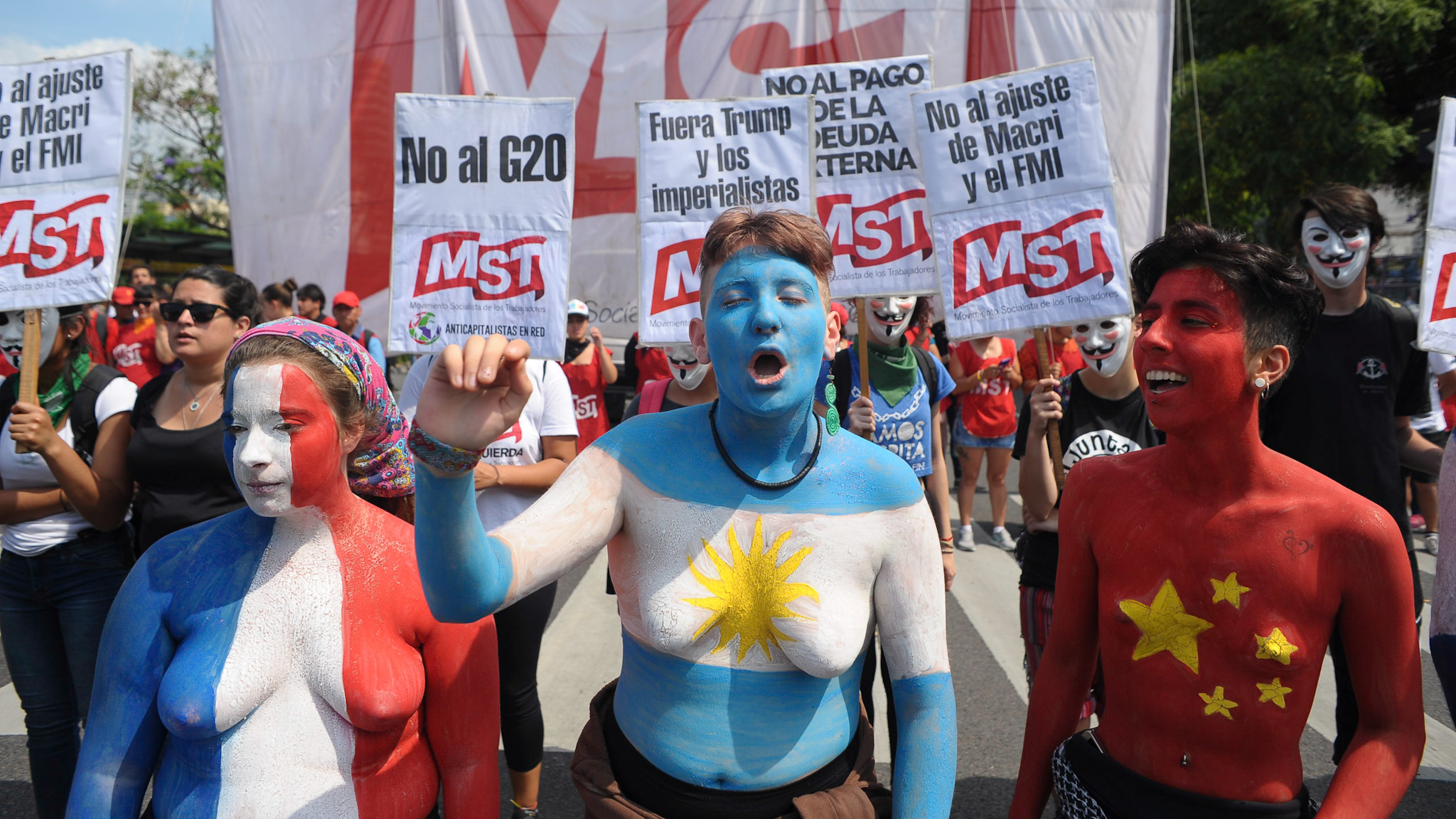 Las jóvenes se desnudaron y pintaron para repudiar la cumbre del G20