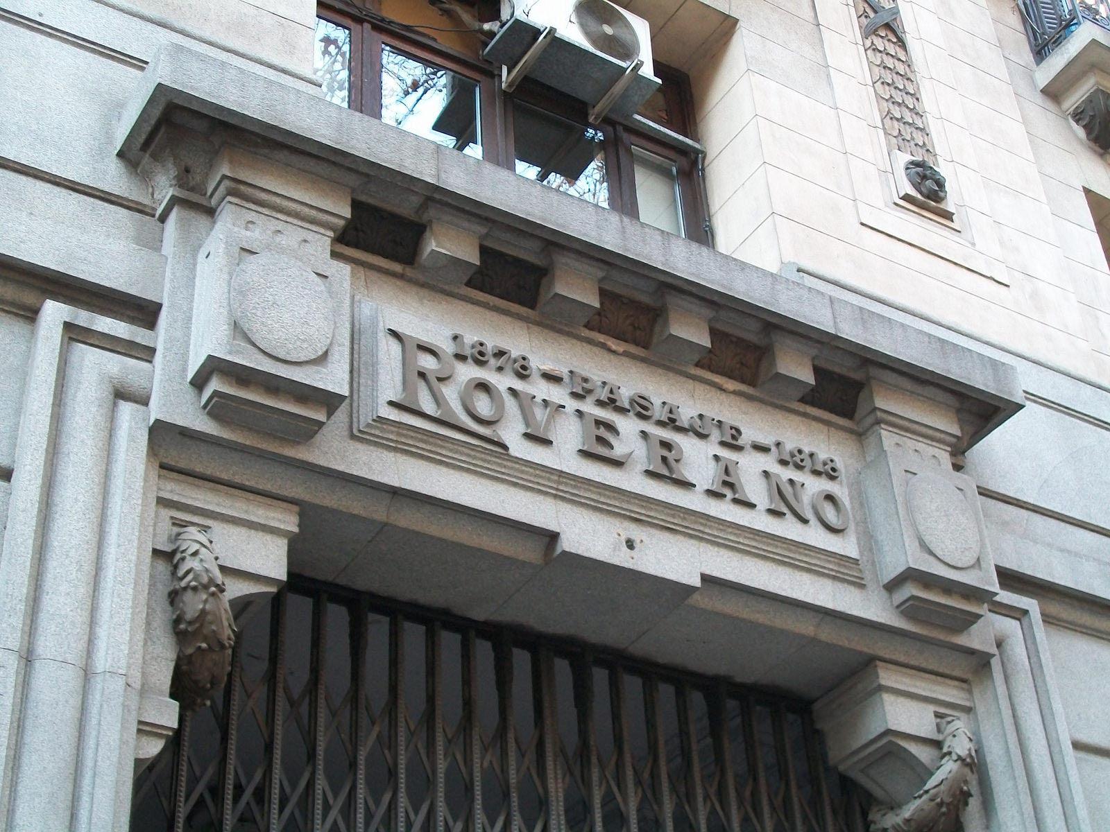 Entre Avenida de Mayo 560 y la calle Hipólito Yrigoyen 561, vive una calle interna donde su escenografía natural y abstraída de cierta modernidadsirvió para ambientarLa Señal, una película protagonizada por Ricardo Darín yestrenada en 2007