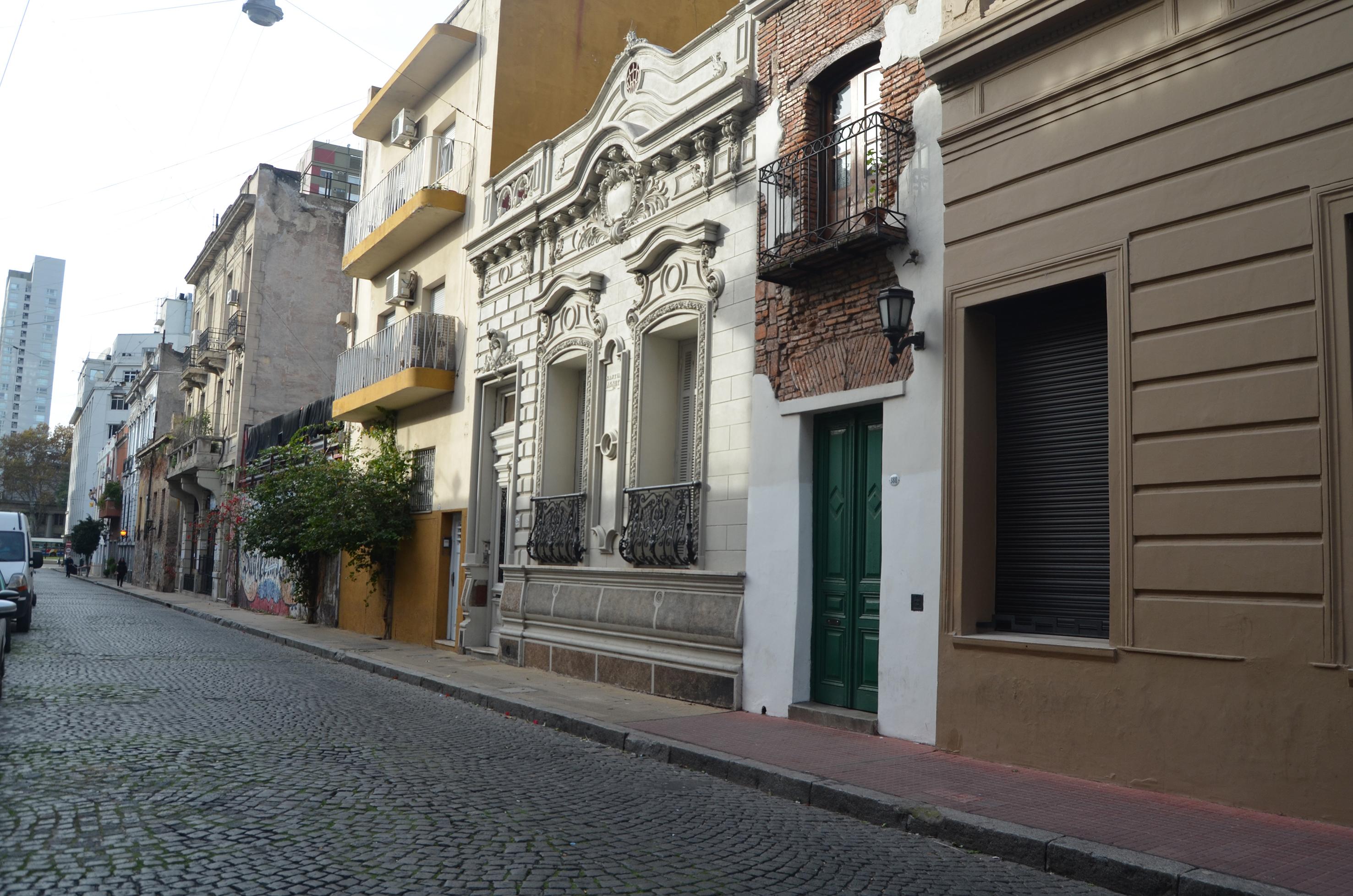 Va desde la Avenida Independencia hasta la calle Defensa y cruza Balcarce, a siete cuadras de la Casa Rosada. Al 380 reside la casa más angosta de la ciudad: hoy convertido en un paseo turístico