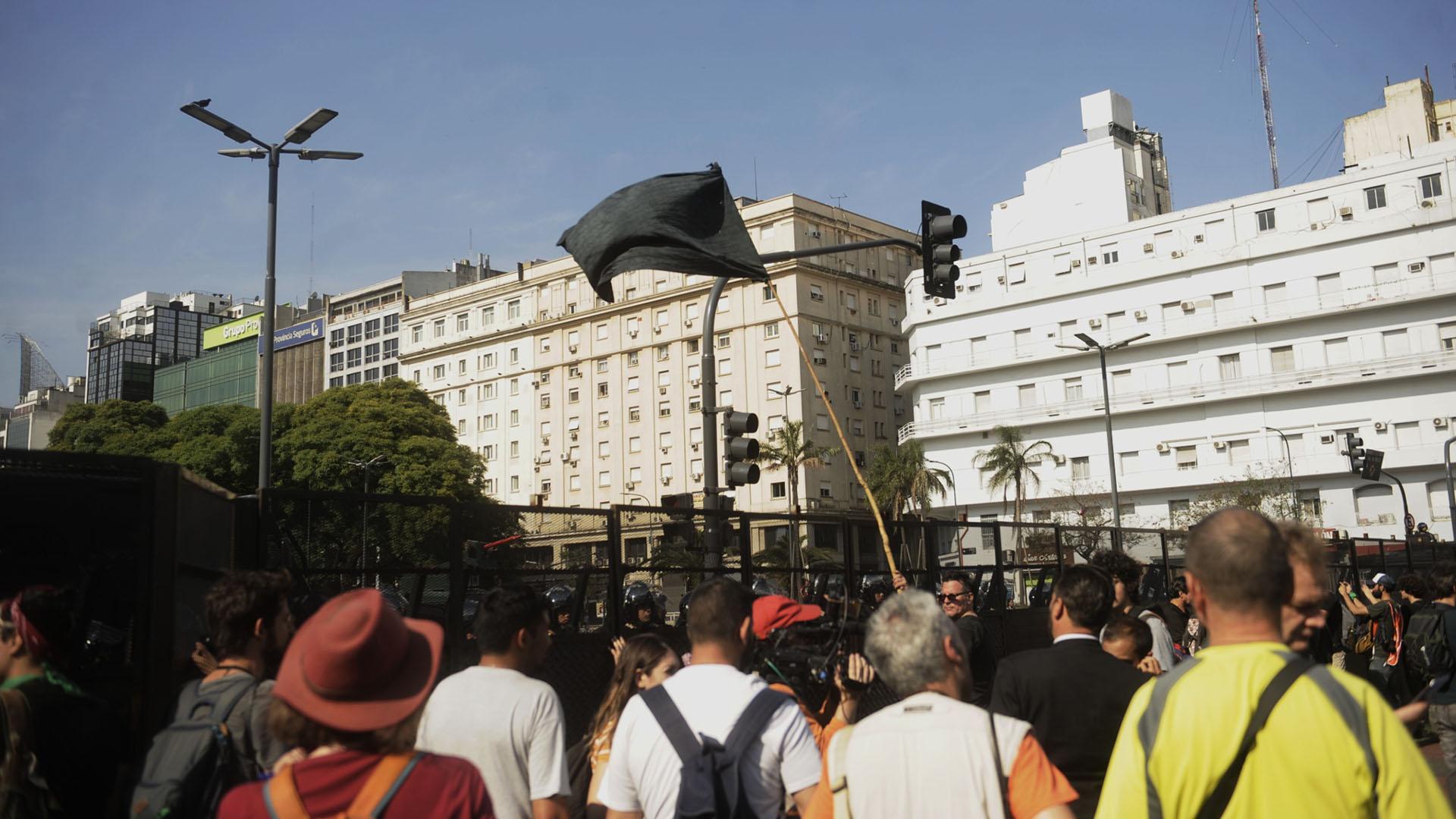 La Policía montó un vallado en la intersección de la avenida 9 de Julio y avenida de Mayo