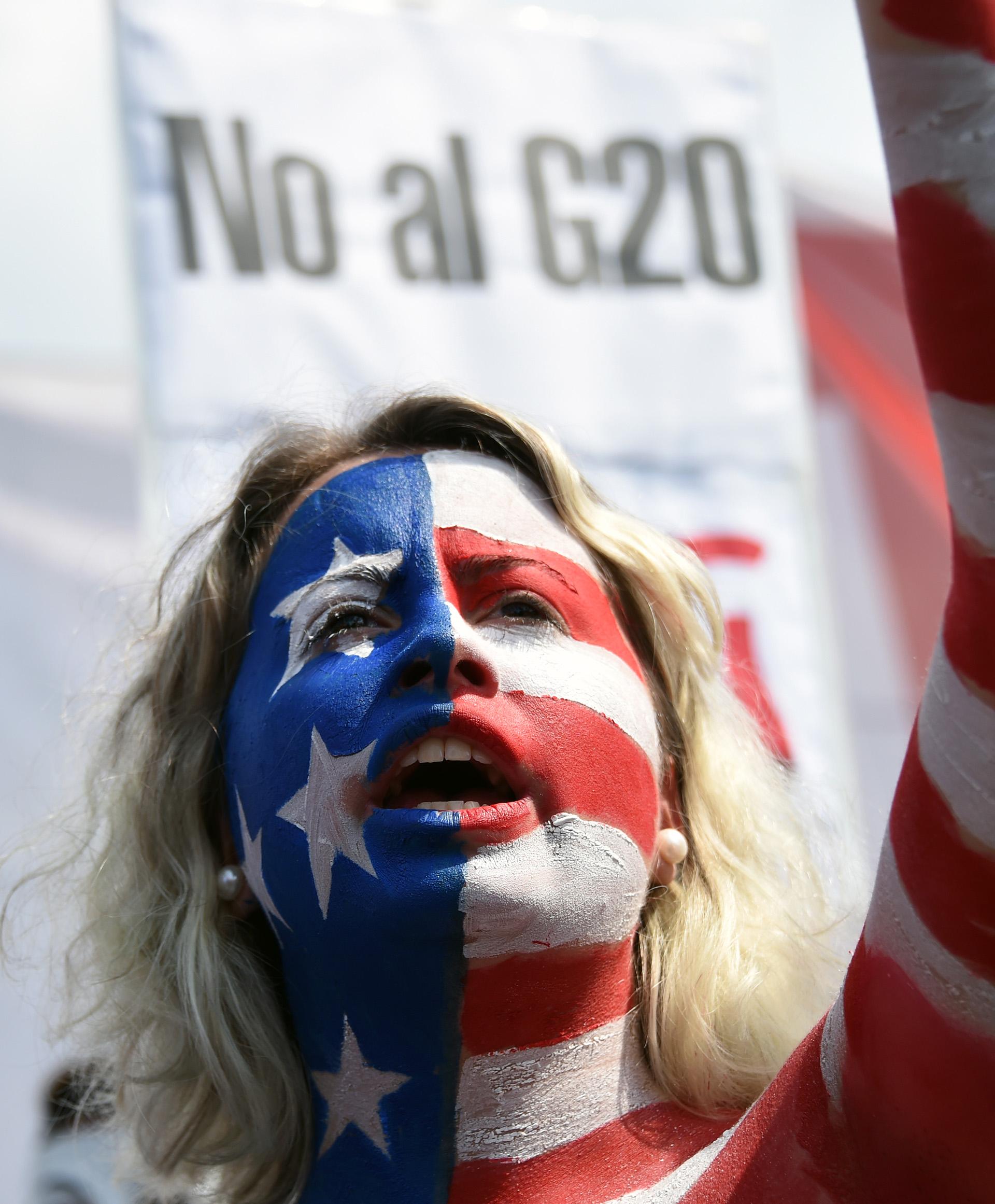 Una joven se pintó con los colores de la bandera de los Estados Unidos