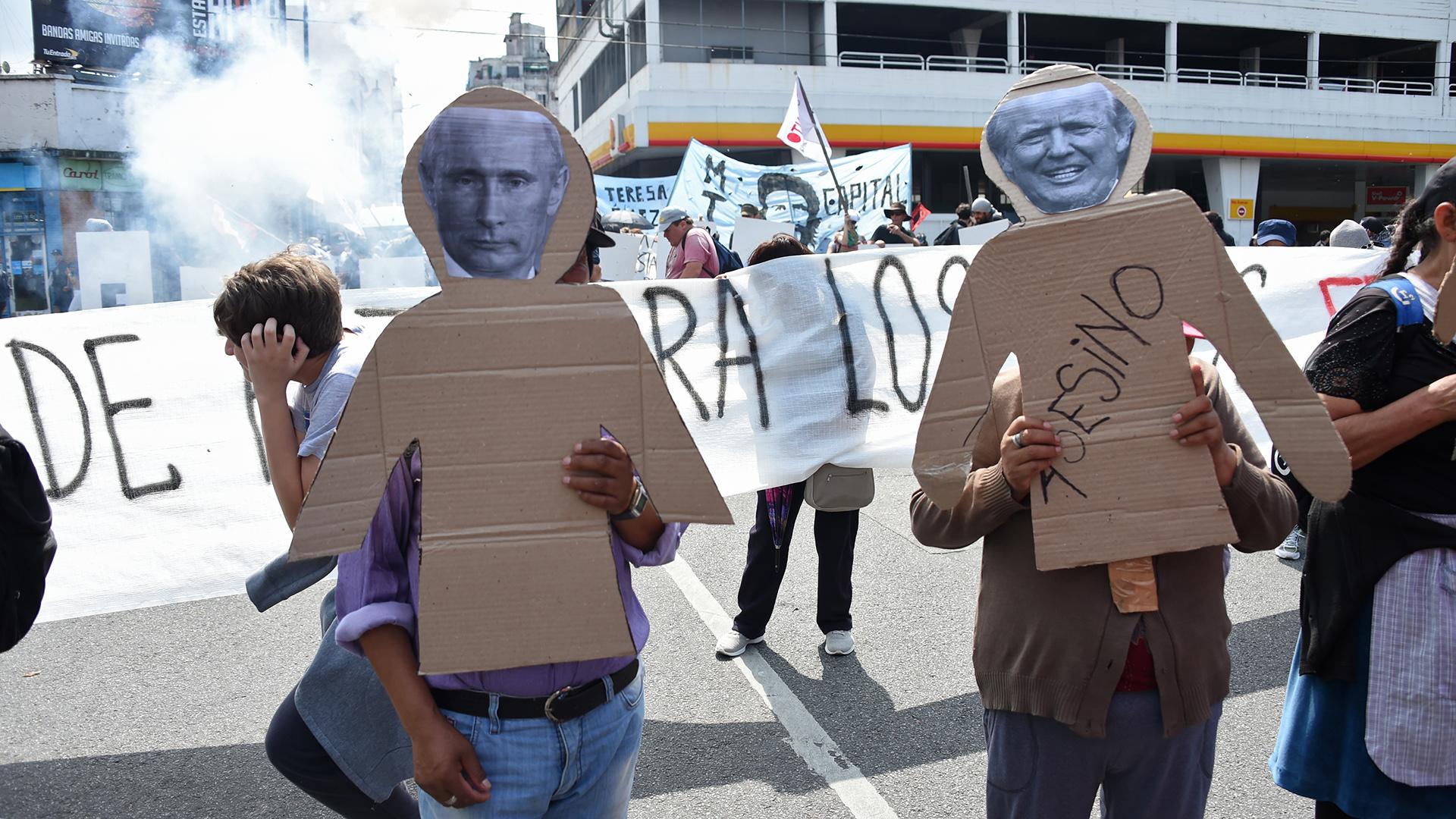 Los participantes de la marcha rechazaron la presencia de los presidentes de Rusia y Estados Unidos