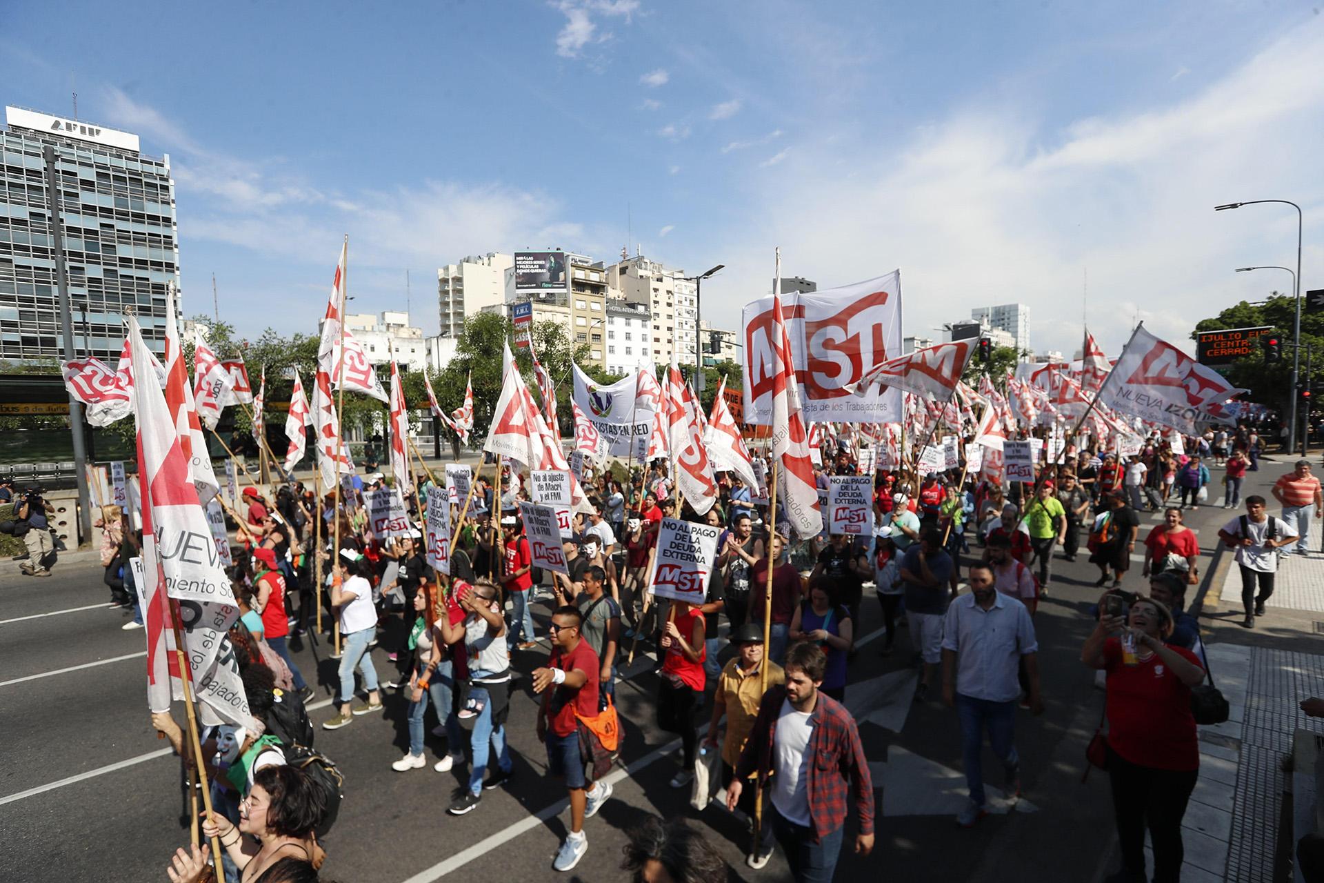 Los manifestantes marcharon por la avenida 9 de Julio