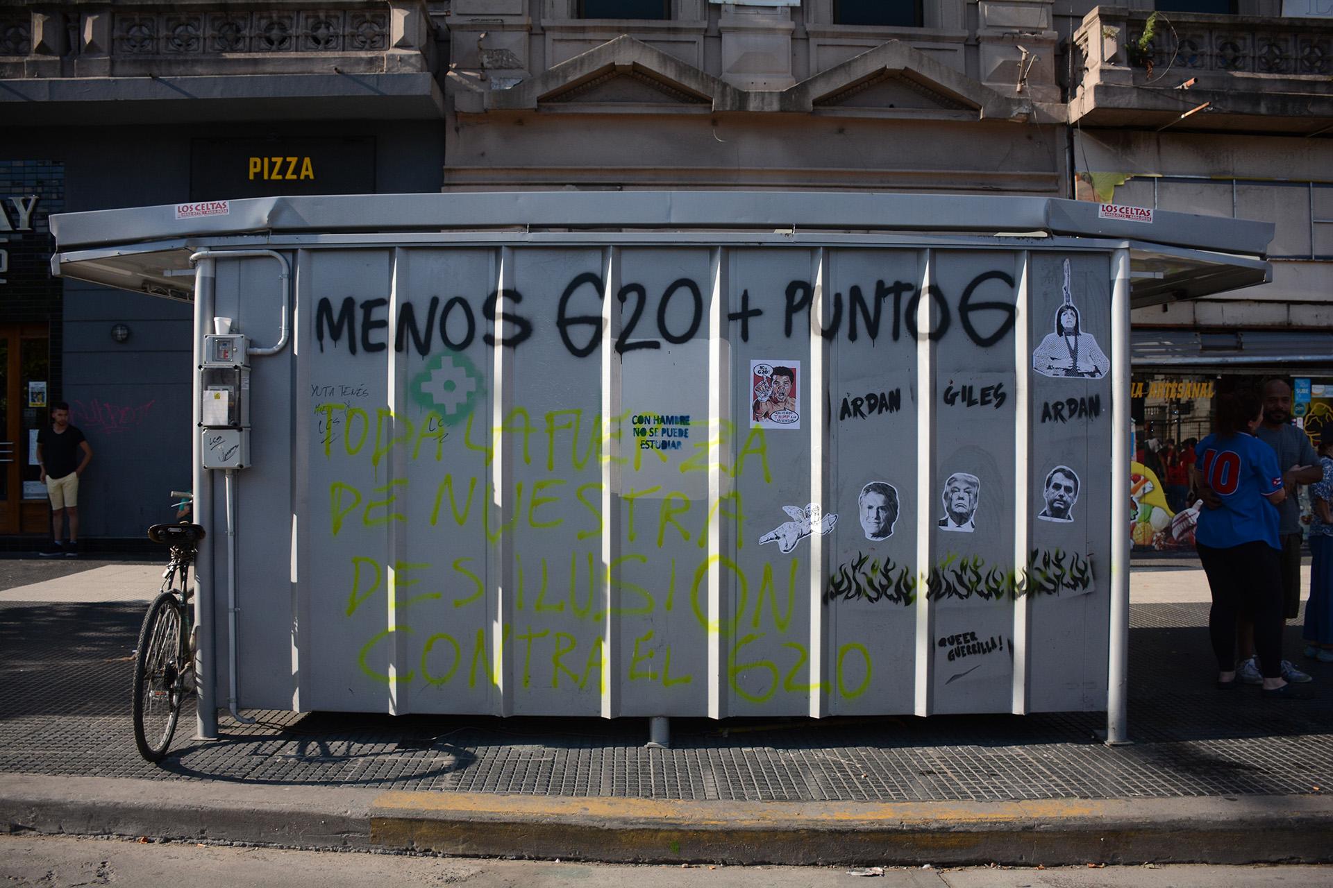 Los manifestantes pintaron y dañaron las instalaciones de un puesto de diarios