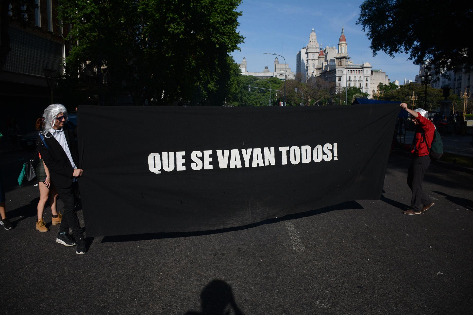 Los manifestantes llevaron banderas y carteles para repudiar la cumbre
