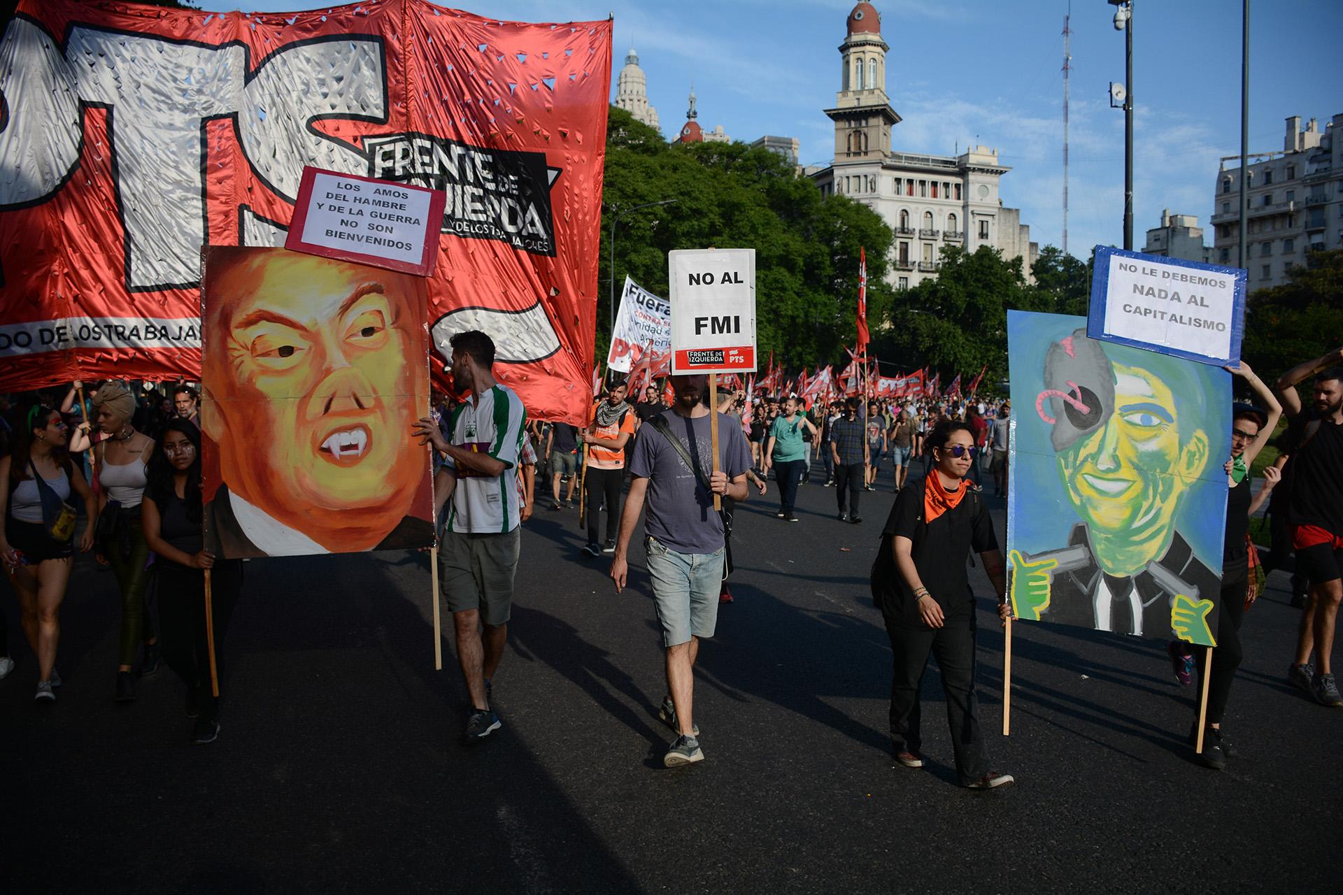Algunos de los carteles y banderas que utilizaron para el reclamo