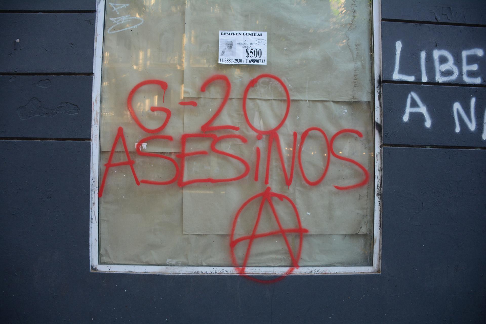 Hubo pintadas en algunas de la calles del centro porteño