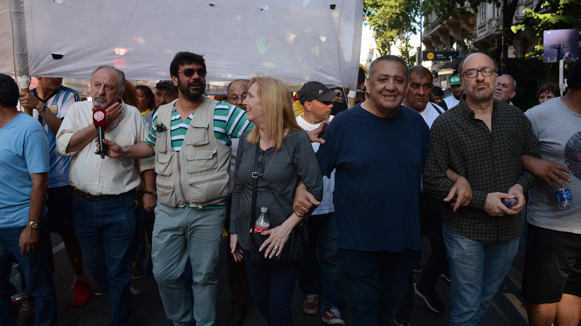 El dirigente Luis D'Elía encabezó una de las protestas junto a dirigentes sindicales