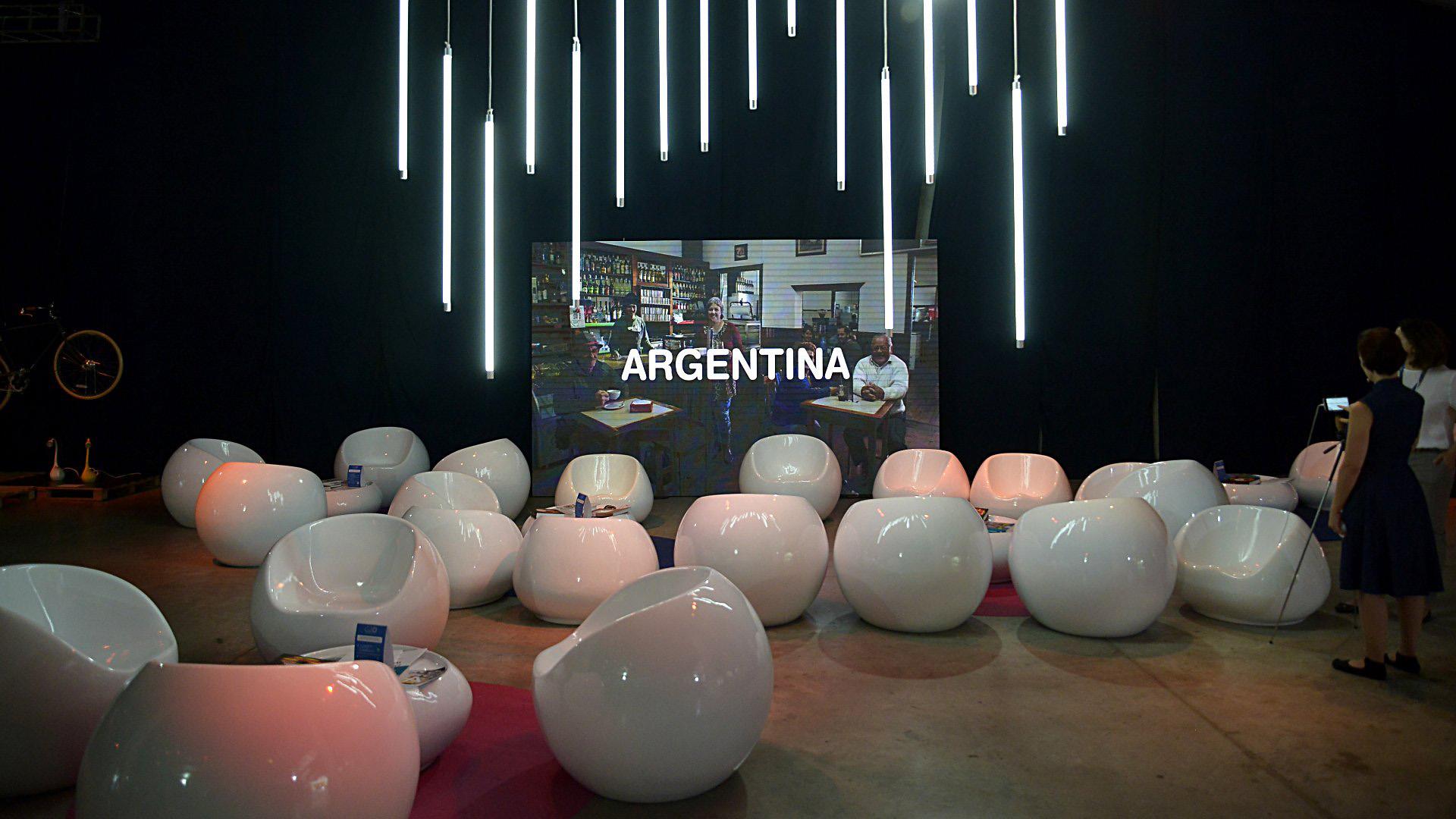 En los livings hubo a disposición sillones blancos para hacer transmisiones en vivo por las redes sociales junto a otros espacios para tomar café