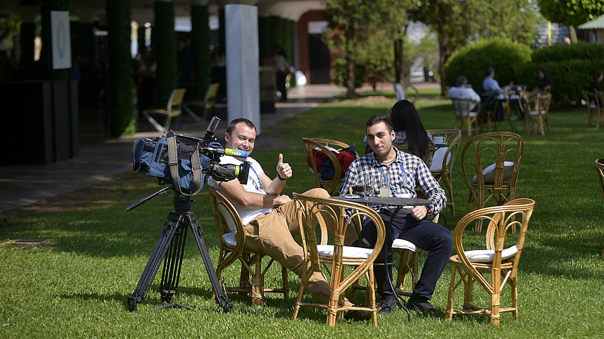 Trabajadores de prensa acreditados tomándose un descanso