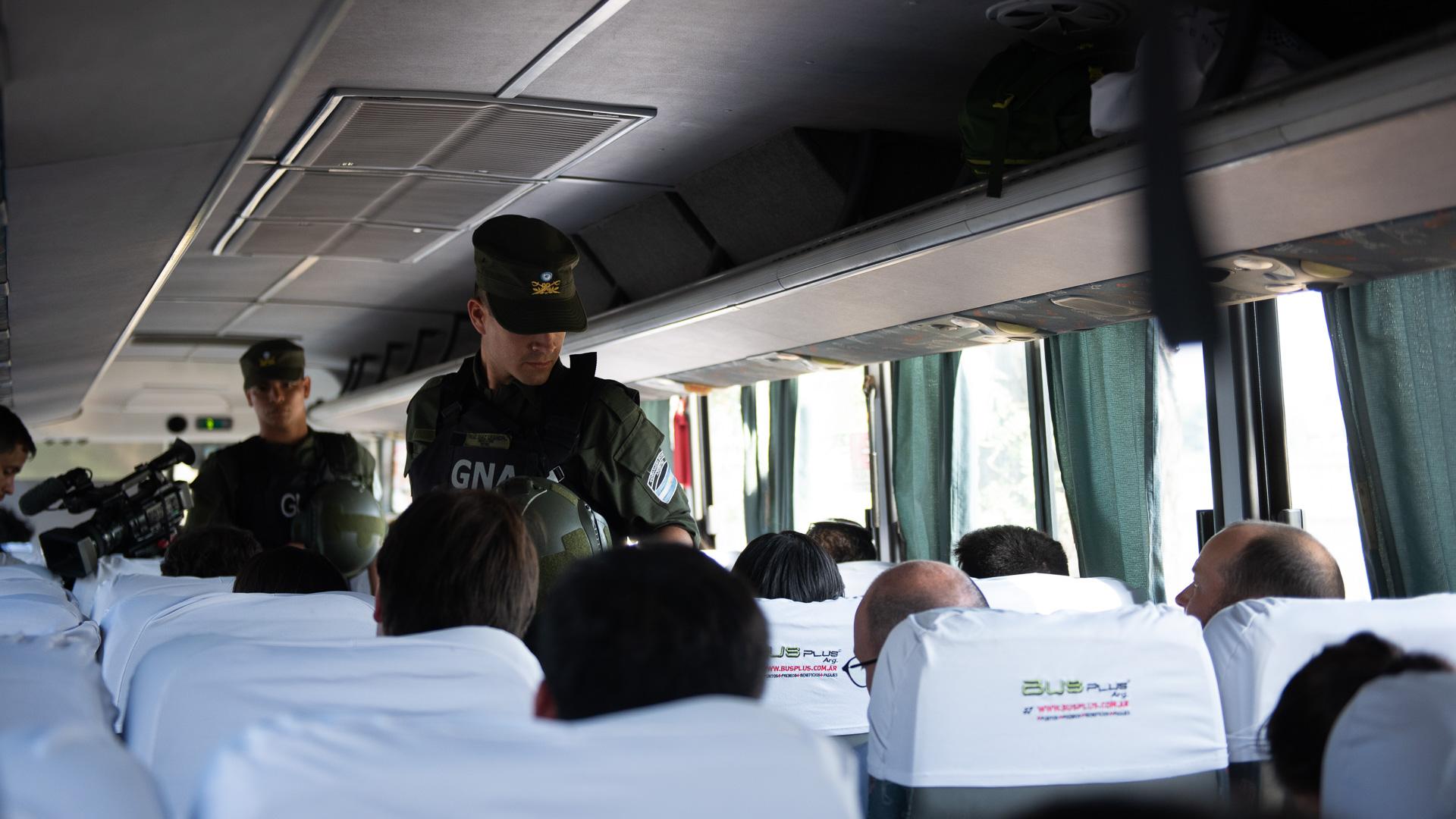 Personal de Gendarmería nacional realizando controles en los micros de acceso al predio Costa Salguero