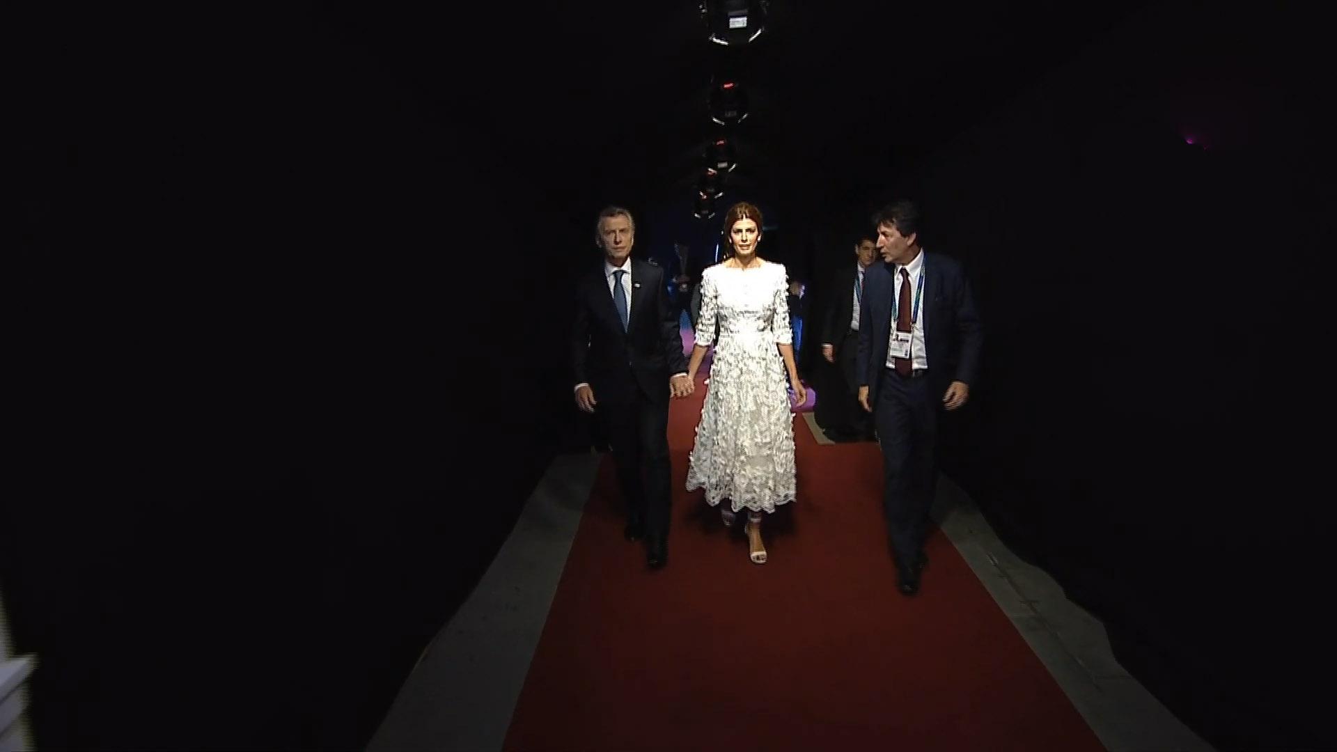 d87a5b444 La llegada de Mauricio Macri y Juliana Awada al teatro Colón con un diseño  exclusivo de