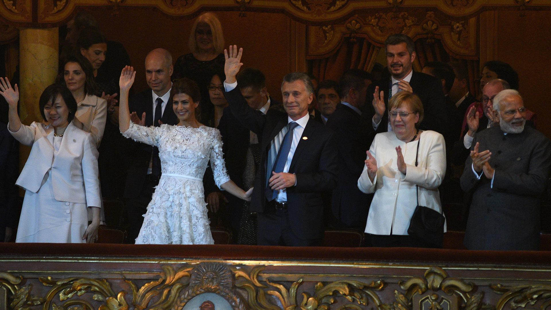 El saludo de los líderes desde el palco presidencial