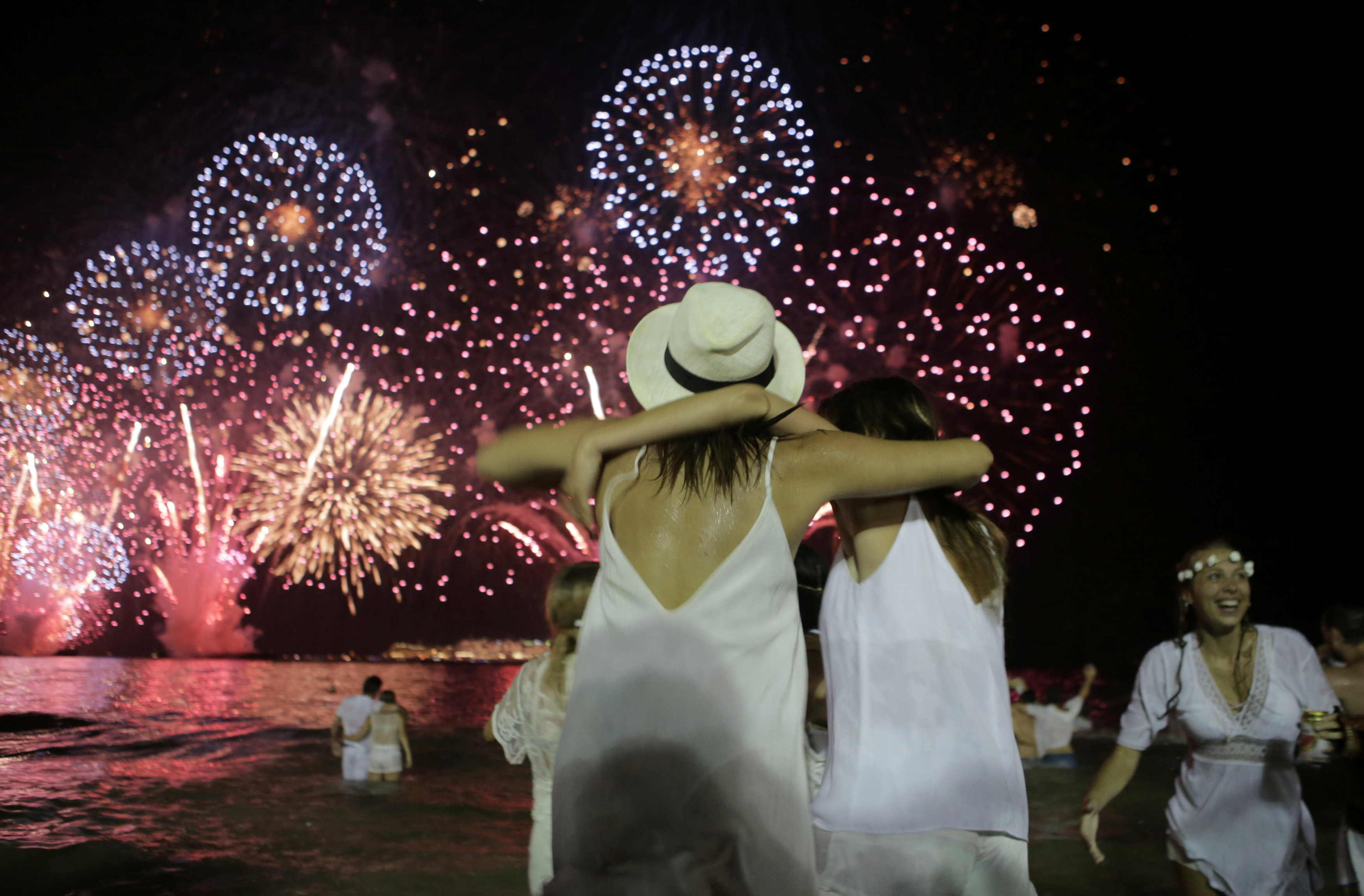 Fuegos en la playa de Copacabana, Río de Janeiro, Brasil (REUTERS/Raquel Cunha)