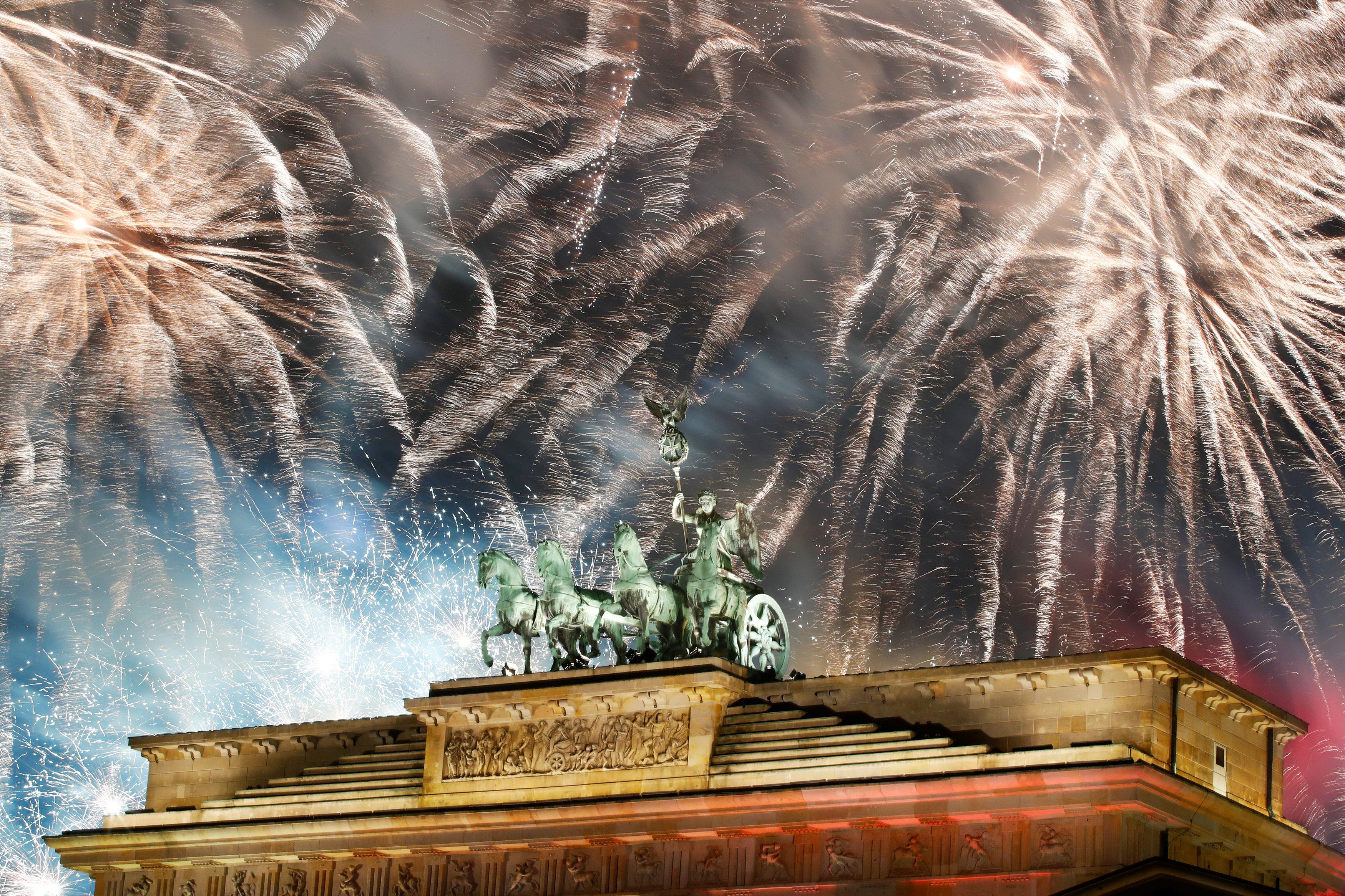 Fuegos Artificiales en la Puerta de Brandenburgo de Berlín, Alemania(REUTERS/Axel Schmidt)