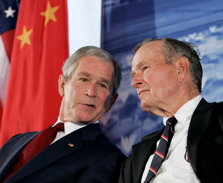 George W. Bush, durante su presidencia, hablando con su padreen la Embajada de Estados Unidos en Beijing, China. (REUTERS/Larry Downing)