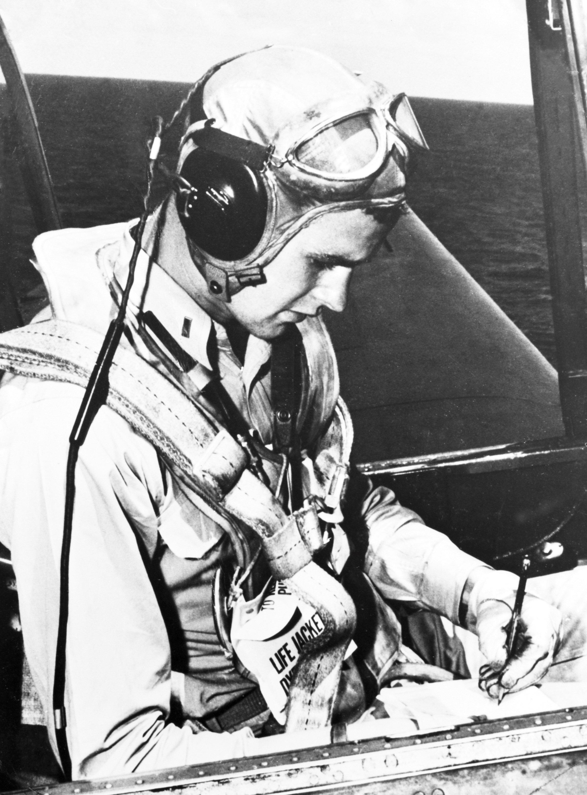 George H. W. Bush sentado en la cabina de un avión Avengeren 1945. (George Bush Presidential Library and Museum/Handout via REUTERS)