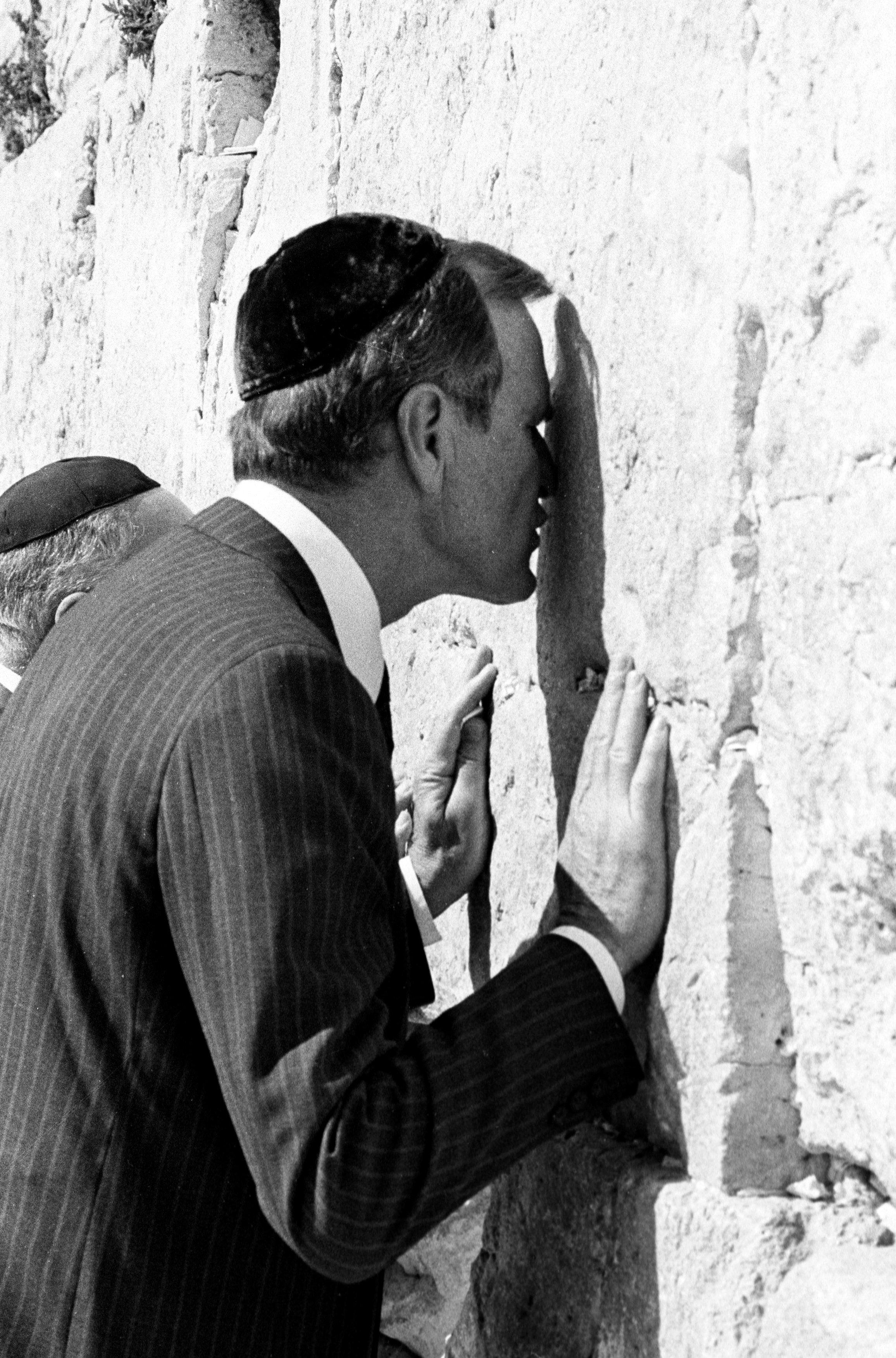George H.W. Bush, como vice presidente de Estados Unidos,besa el Muro de los Lamentosen Jerusalem el 27 de julio de 1986. (REUTERS/Jim Hollander)