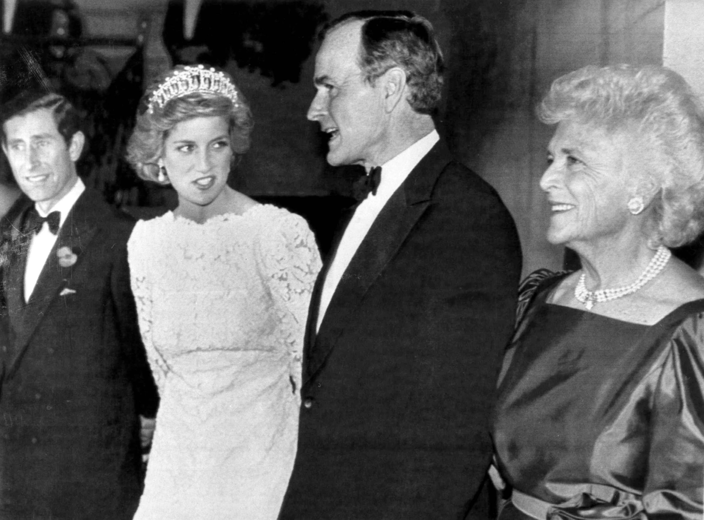 El príncipeCarlos, la princesa Diana son recibidos, vicepresidente George Bush y en Washington el 10 de noviembre de 1985. (REUTERS/Chas Cancellare)