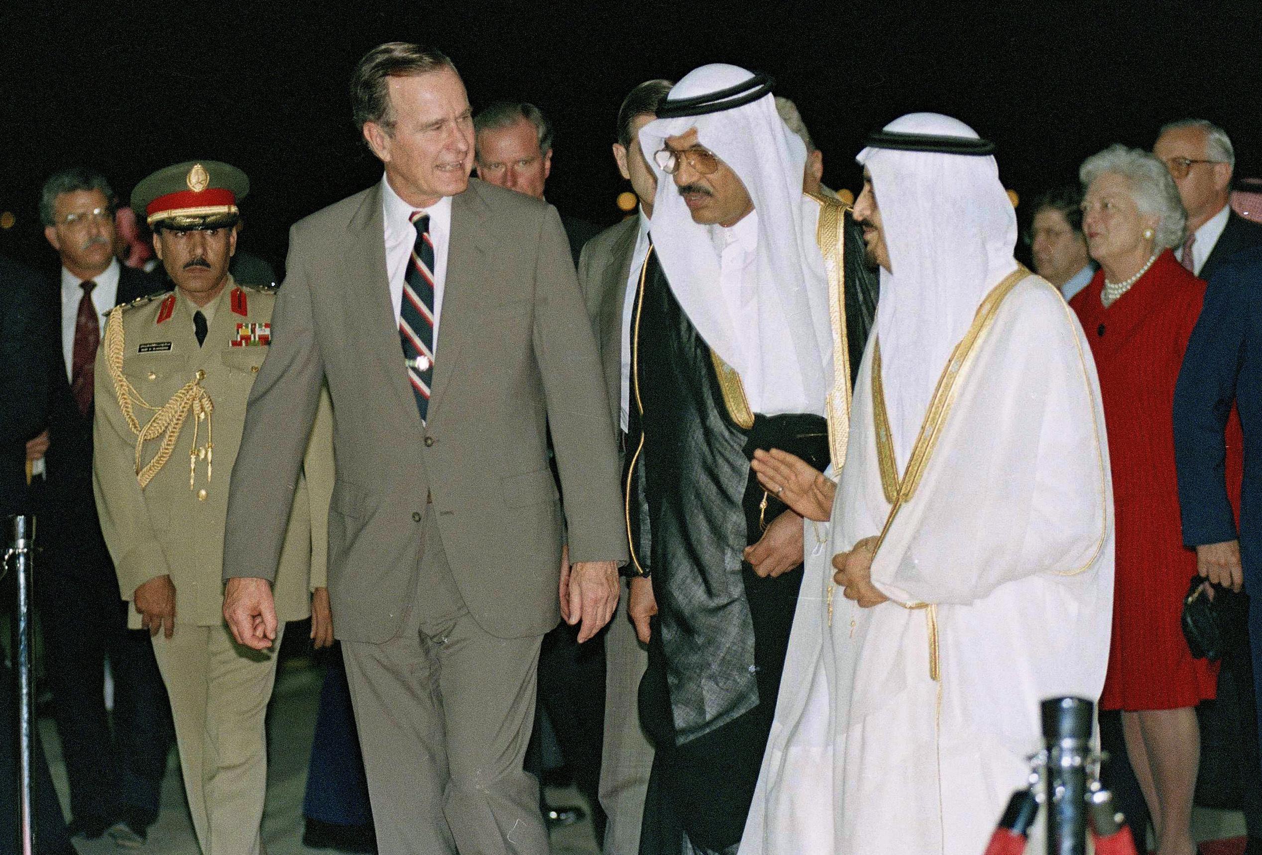 George H.W. Bushes recibido por el reyFahd en su llegada a Jeddah,Arabia Saudita. (AP Photo/J. Scott Applewhite)