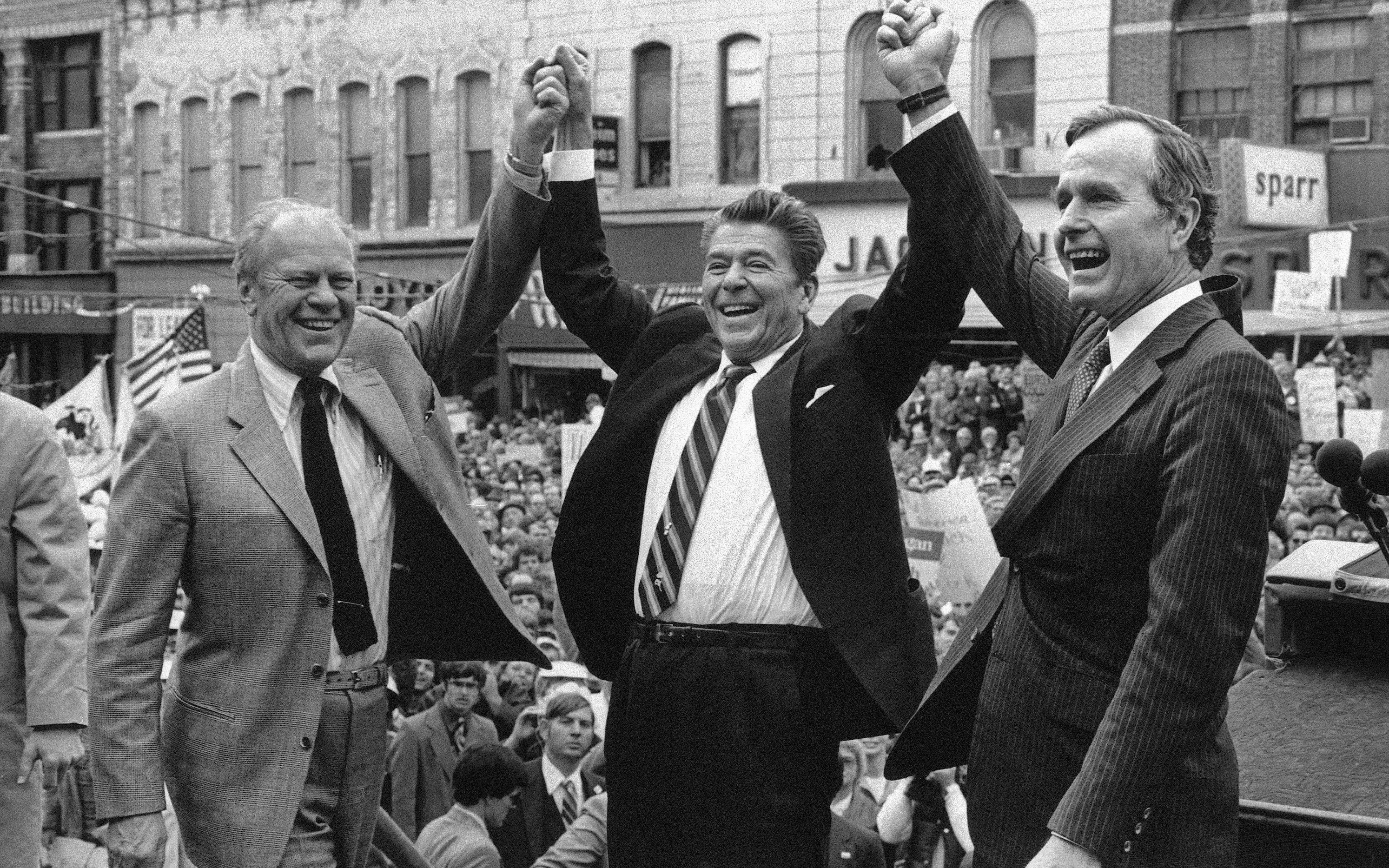 El ex presidente Gerald Fordmostrando su apoyo al entoncescandidato republicano Ronald Reagan junto con su compañero de fórmulaGeorge H.W. Bush. (AP Photo, File)