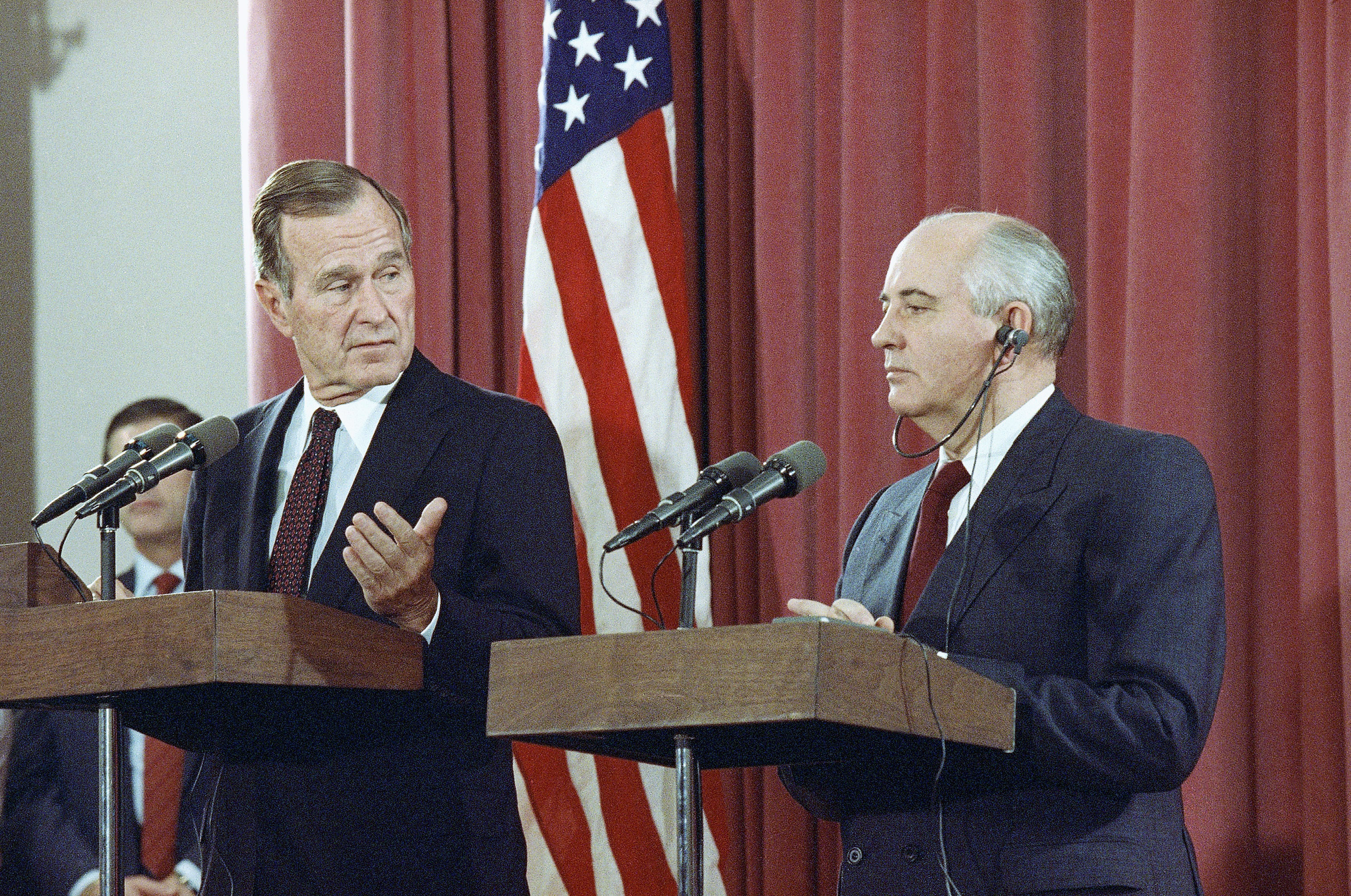 George H.W. Bush y Mikhail Gorbachev. (AP Photo/Jerome Delay, File)