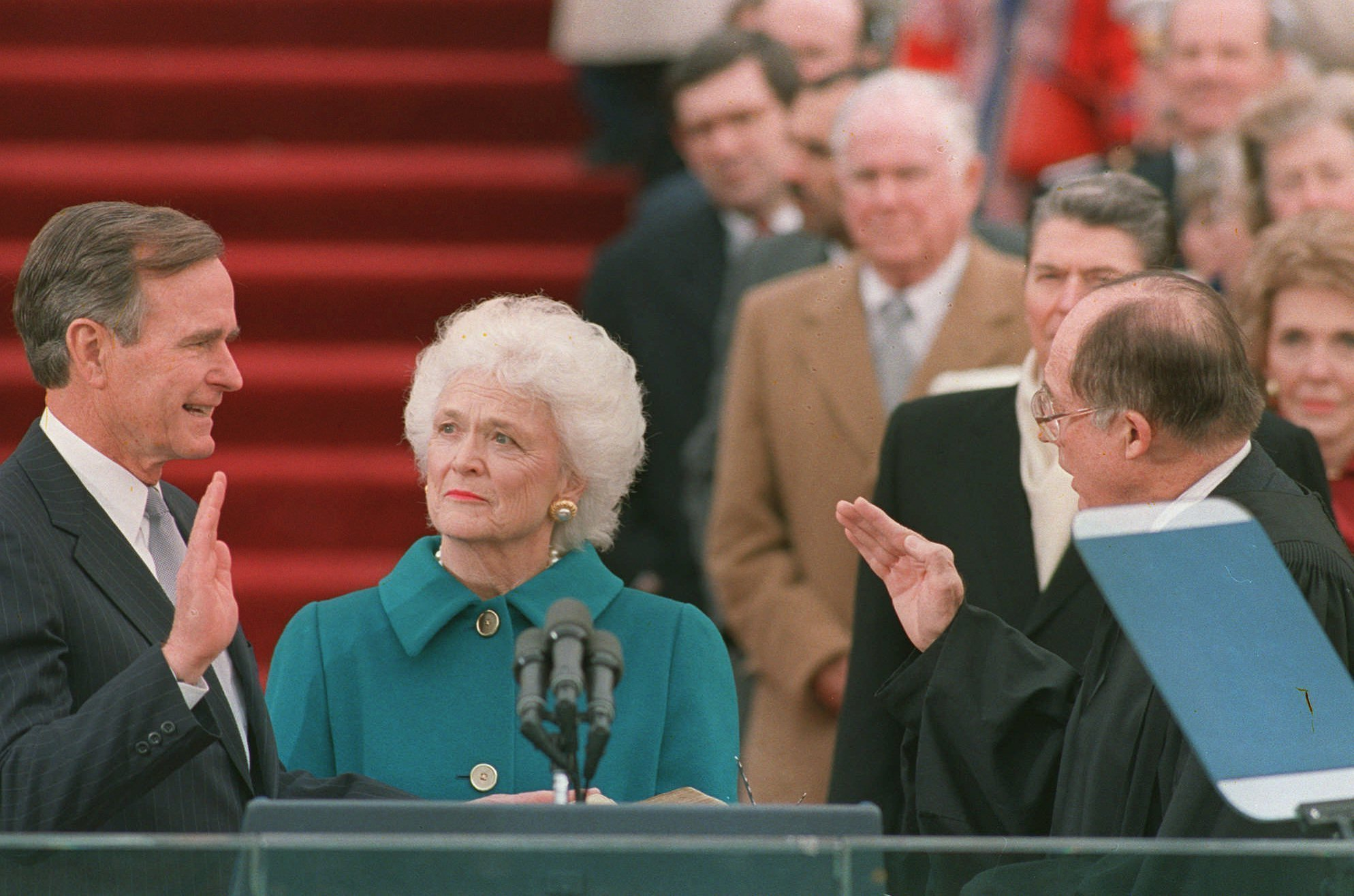 George H.W. Bush durante su posesión como presidente en 1989. (AP Photo/Bob Daugherty, File)
