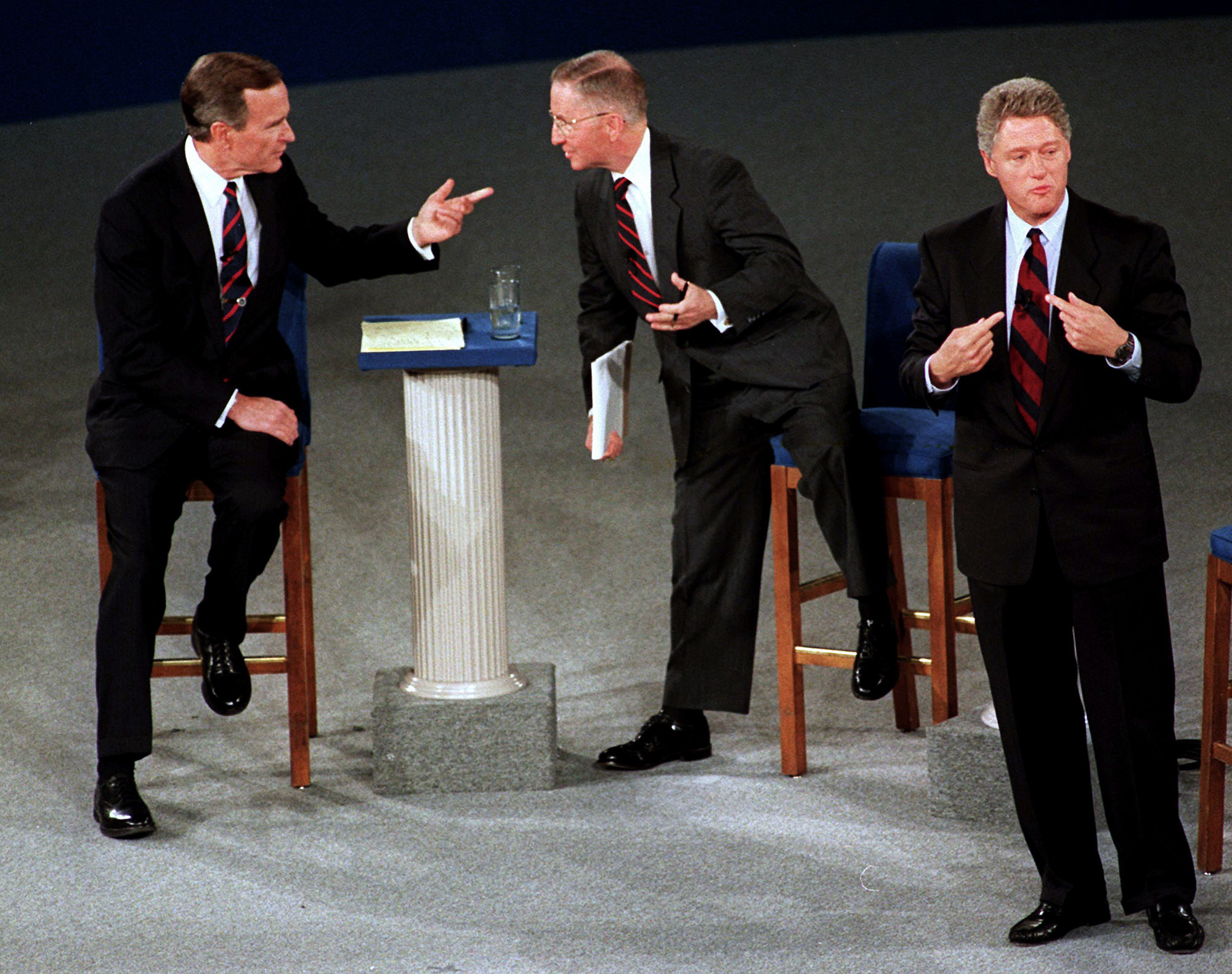 George H.W. Bush, el candidato independiente Ross Perot y el demócrata Bill Clinton durante un debate presidencial. (AP Photo/Marcy Nighswander, File)
