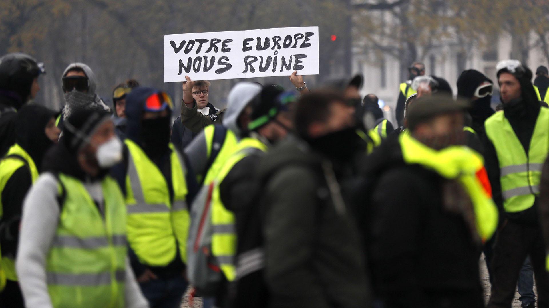 """El gobierno, saturado por los llamados de los políticos a hacer un gesto a estas reivindicaciones de los ciudadanos más vulnerables, intenta organizar un diálogo con representantes de los """"chalecos amarillos"""", por ahora en vano (EFE/EPA/ETIENNE LAURENT)"""