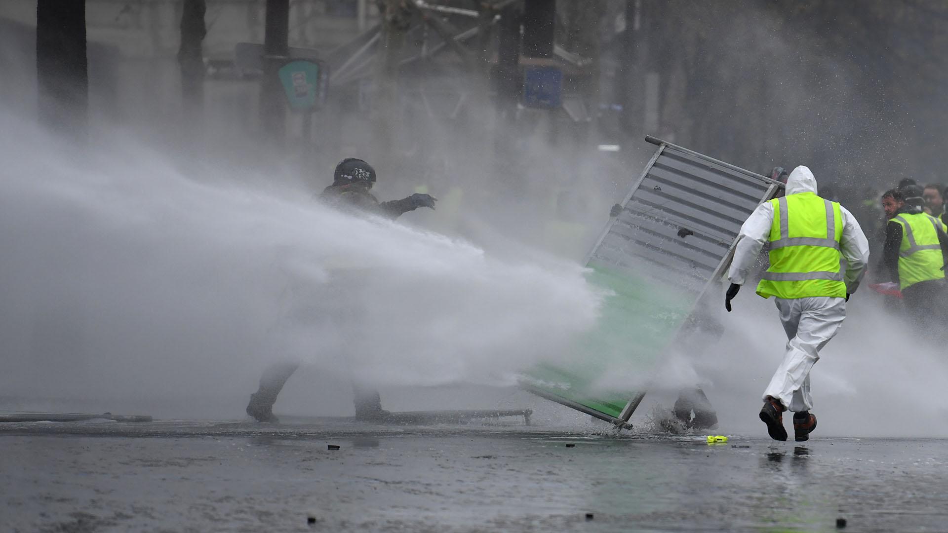 Las fuerzas de seguridad y los comerciantes han tomado sus precauciones, tras los destrozos causados el 24 de noviembre (Alain JOCARD / AFP)