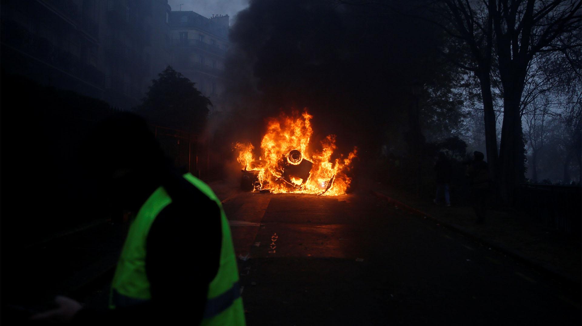 """Hay """"200 manifestantes pacíficos en Campos Elíseos"""" y """"1.500 agitadores (…) que buscan pelea. Nuestras fuerzas de seguridad responden presente y repelen a los alborotadores"""", tuiteó el ministro francés del Interior, Christophe Castaner (Reuters)"""