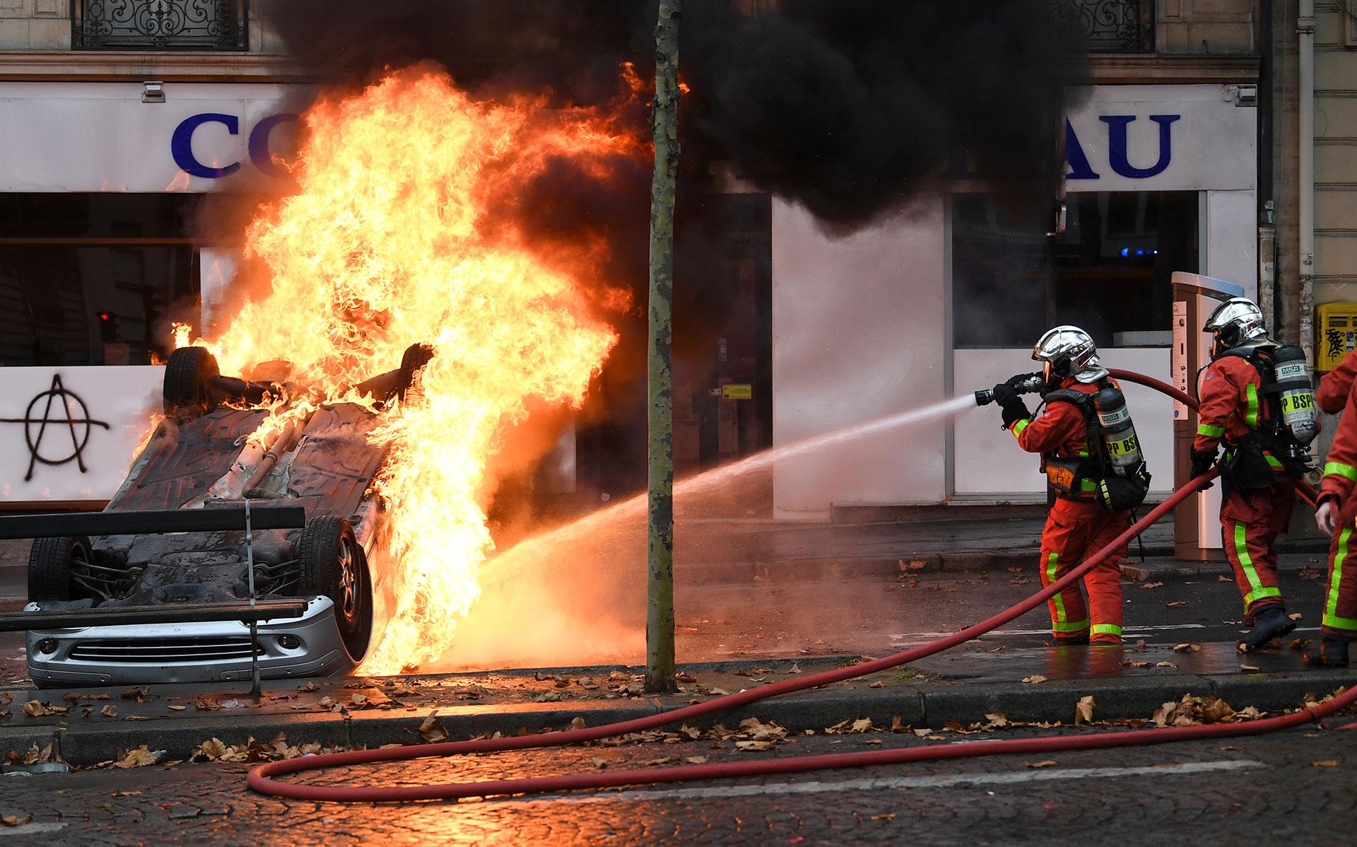Las fuerzas de seguridad francesas habían dispersado a los manifestantes con gases lacrimógenos al inicio de la jornada (AFP)