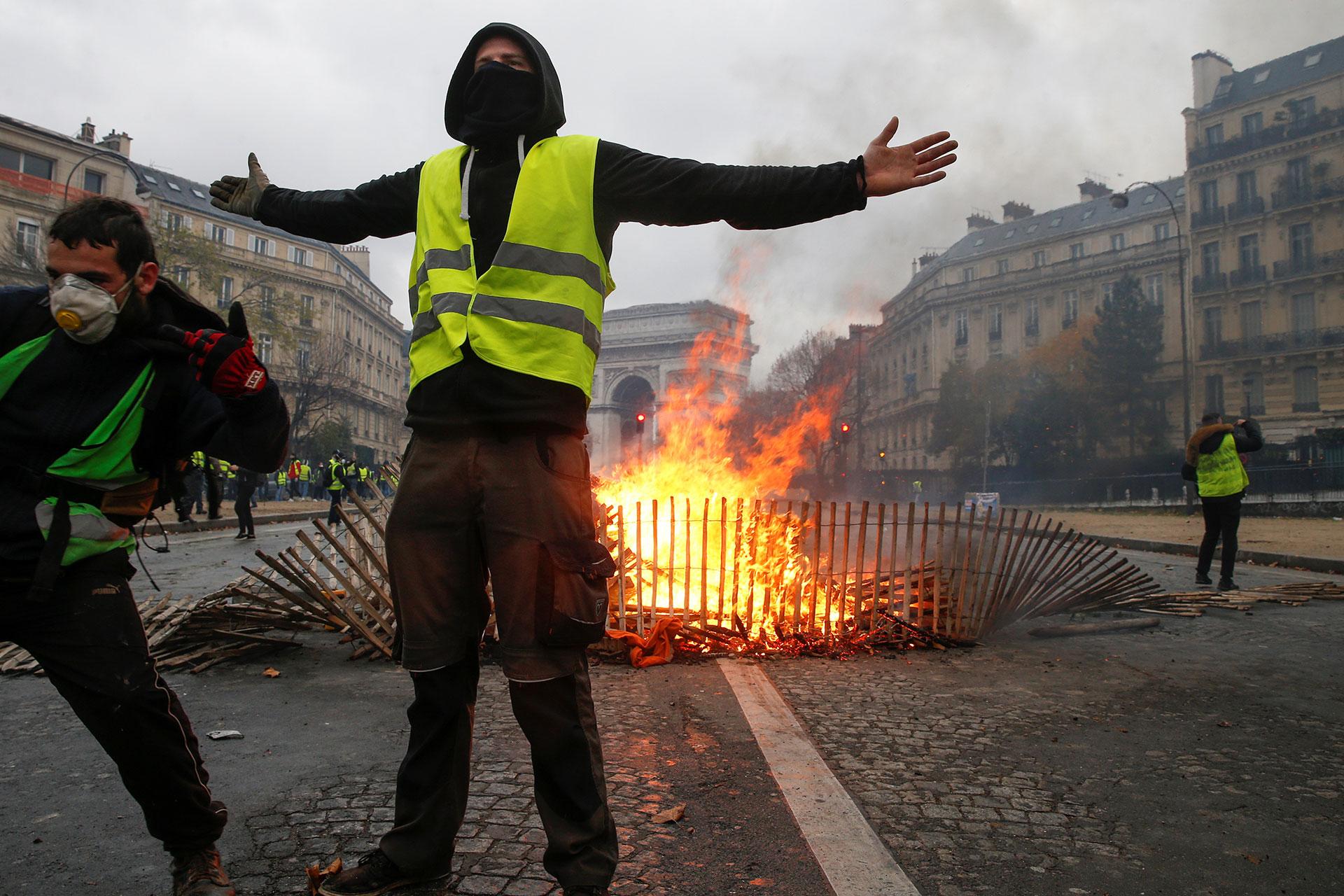 """Los llamados """"chalecos amarillos"""" protestan contra la bajada del poder adquisitivo y la subida de los impuestos a los carburantes (AFP)"""
