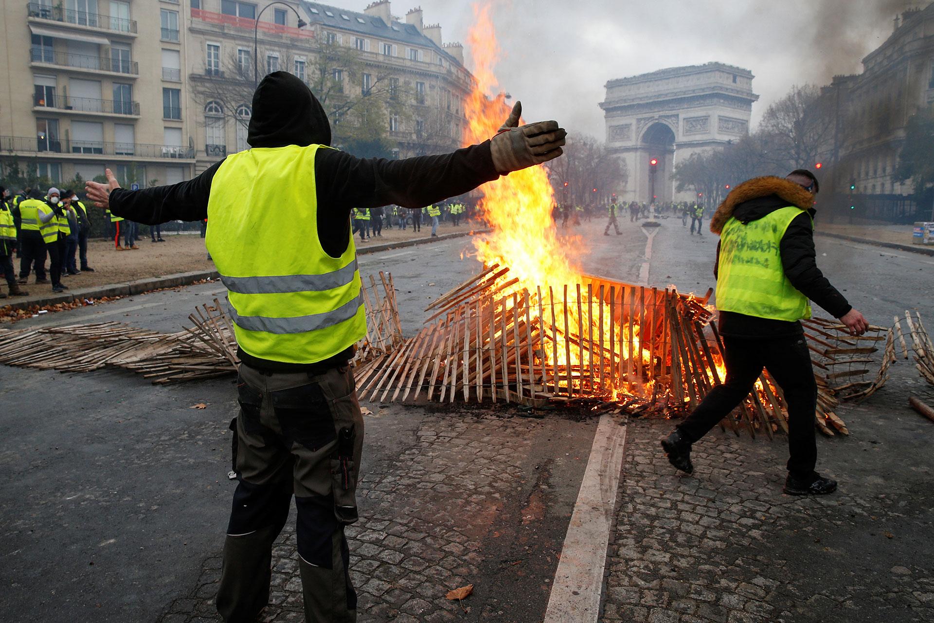 Más de 100 personas fueron detenidas este sábado durante enfrentamientos con las fuerzas de seguridad en París (AFP)