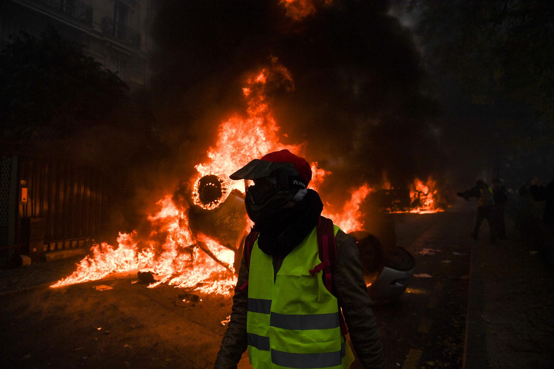 """""""Individuos equipados y determinados, desde muy temprano (…) actuaron de forma muy violenta. Las fuerzas de seguridad señalaron haber sufrido ataques de una violencia rara vez alcanzada"""", dijo el primer ministro desde la prefectura de policía de París (AFP)"""
