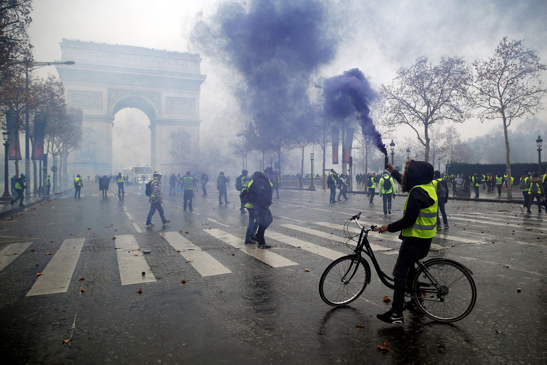 """La protesta de los """"chalecos amarillos"""" deja enormes daños en el centro de París y centenares de heridos y detenidos el 1 de diciembre"""