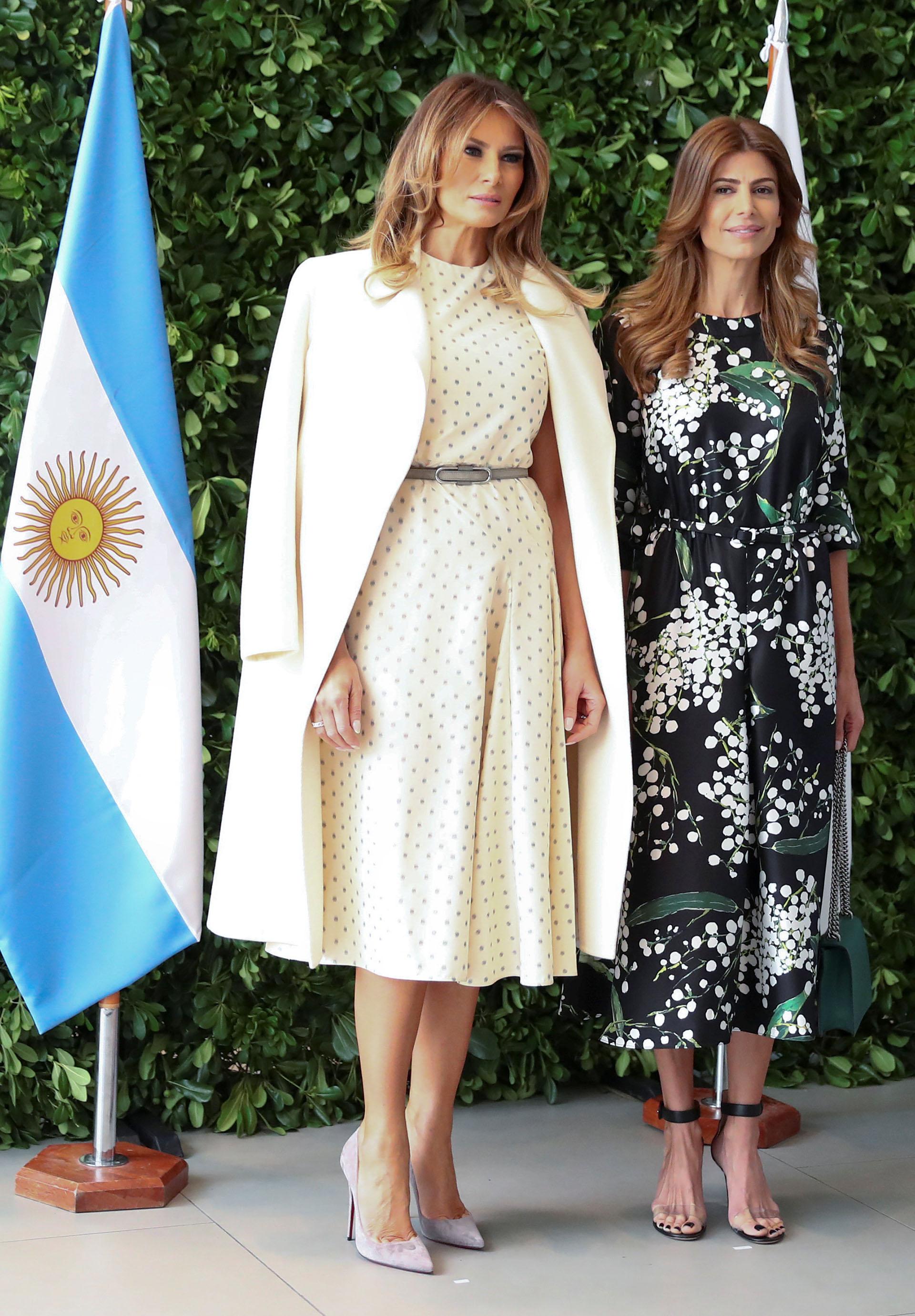 Melania Trump no defraudó con su outfit. Eligió un vestido en off white con polka dots en gris, acompañada por un tapado y el detalle chic en su cinturón y los stilettos en gris plomo