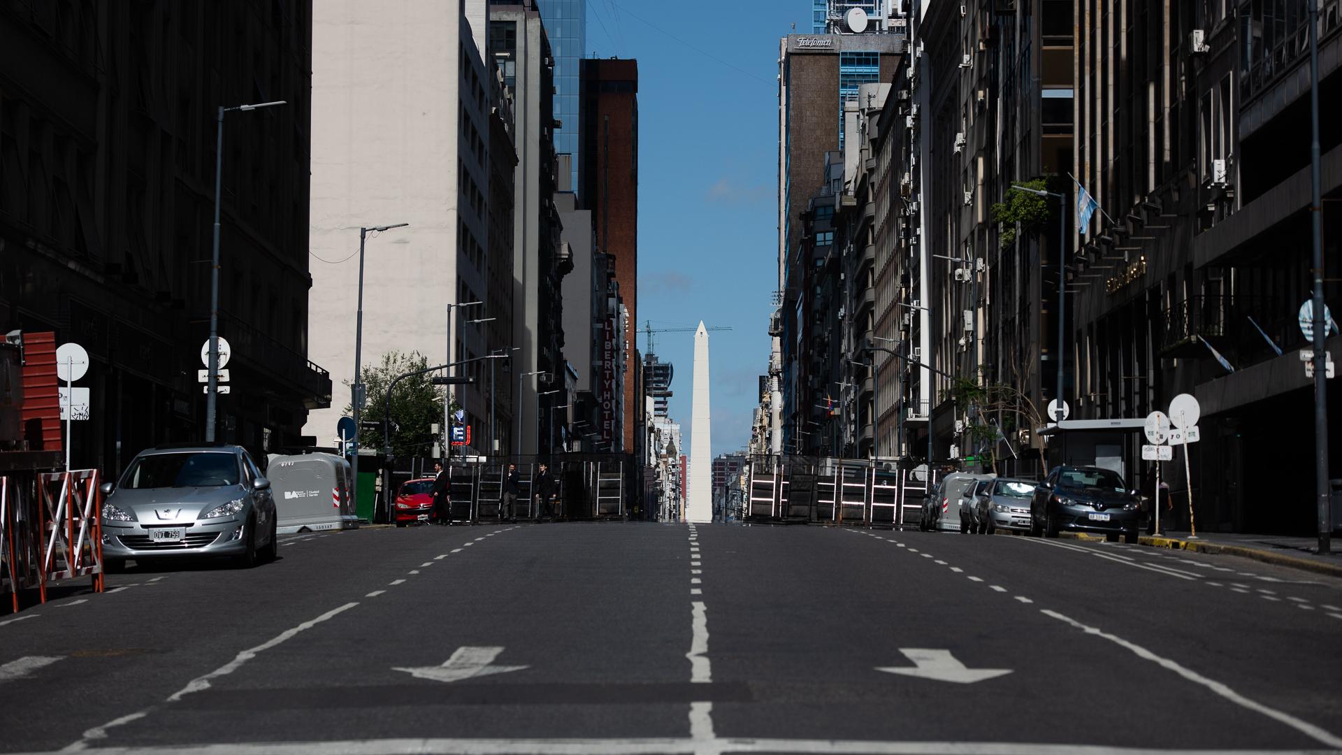 El Obelisco, de fondo, en medio de calles sin gente