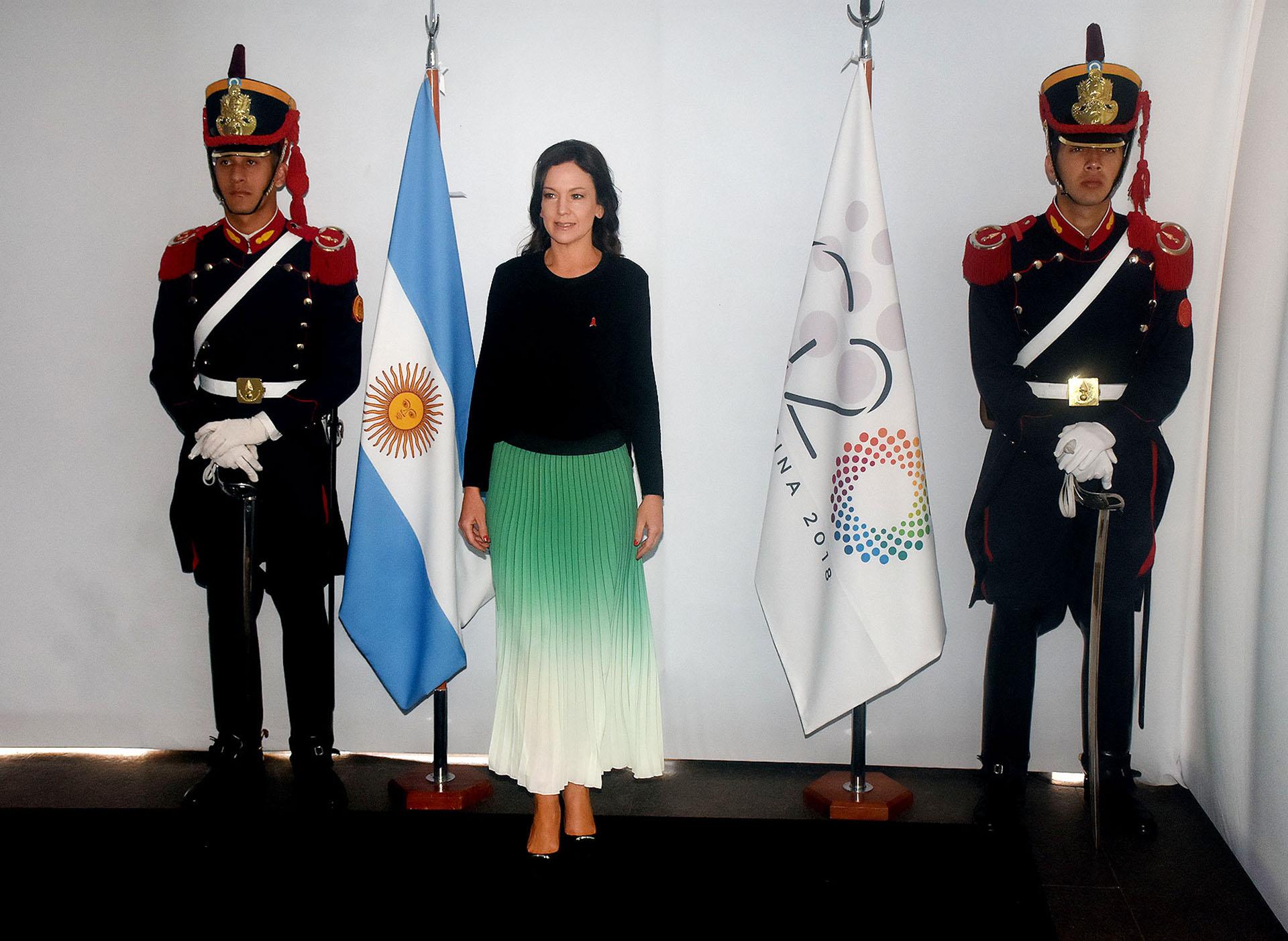 La ministra de Desarrollo Social Carolina Stanley participó del encuentro de mujeres en el Malba y eligió un conjunto de dos piezas. Una falda plisada en degradé de verde pastel combinado con una blusa de mangas largas negra. Completó el look con stilettos acharolados