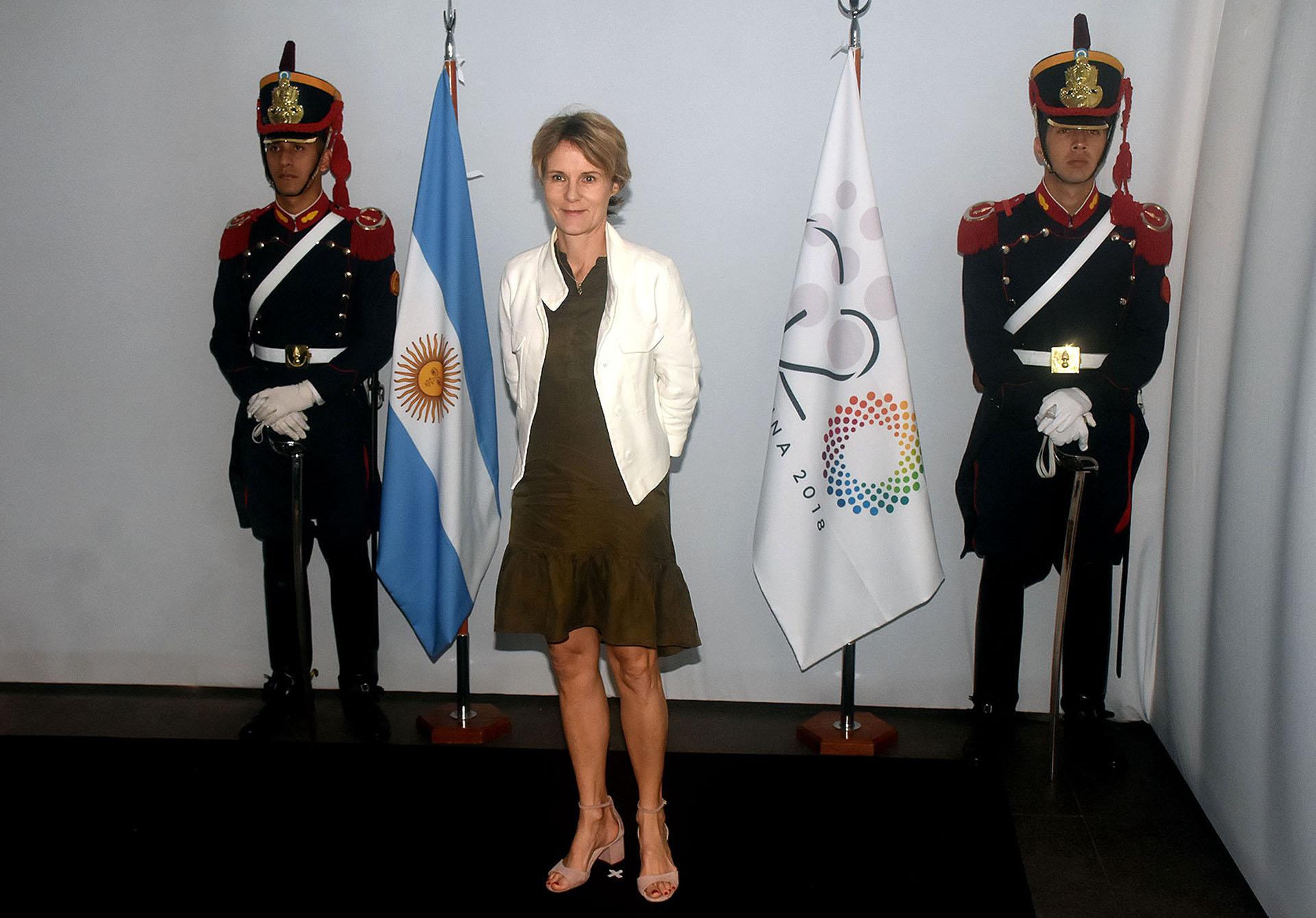 Diana Carney, del Consejo de Estabilidad Financiera, se reunió con las mujeres en el Malba y lució un vestido de lino en verde oliva con volados en la falda y lo acompañó con una chaqueta blanca. Completó el look con sandalias de pulsera y taco cuadrado