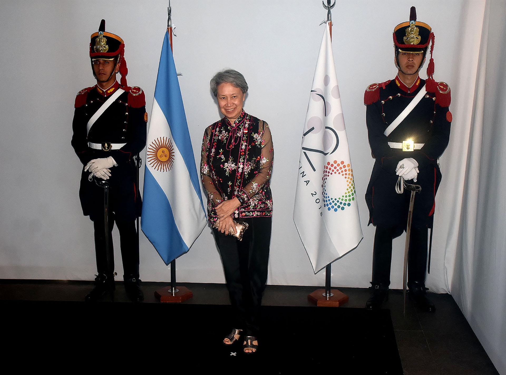 Ho Chin, esposa del primer ministro de Singapur, dejó de lado el clásico outfit oriental y optópor una blusa con transparencias y bordado de flores. Acompañó con un pantalón recto negro y sandalias a tono