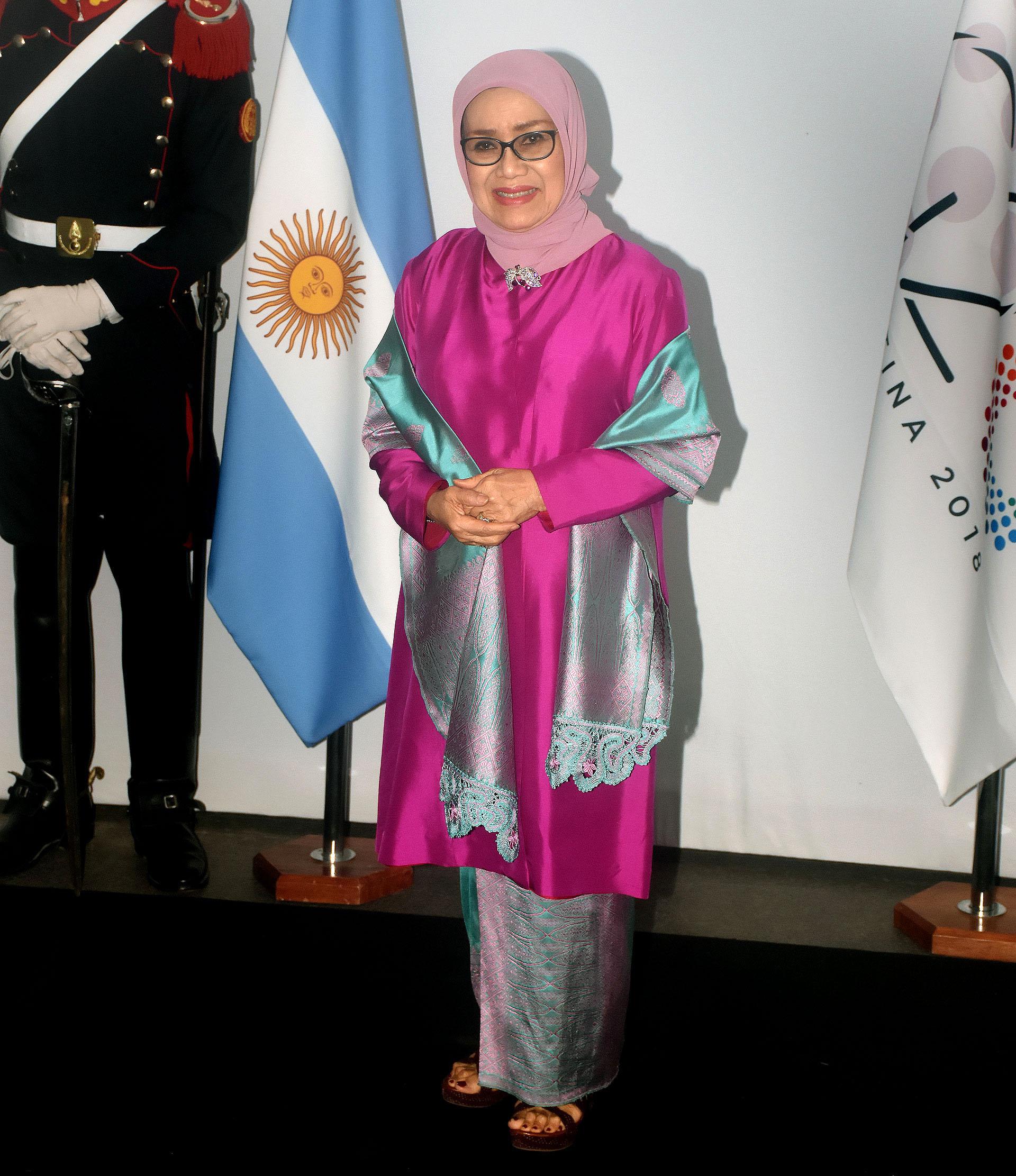 Mufidah Jusuf Kalla, esposa del vicepresidente de Indonesia,lució el hijab en rosa pastel y el atuendo como lo indica el vestuario de su país en tonos metalizados: fucsia vibrante, gris y turquesa. Completó el look con un chal y sandalias negras