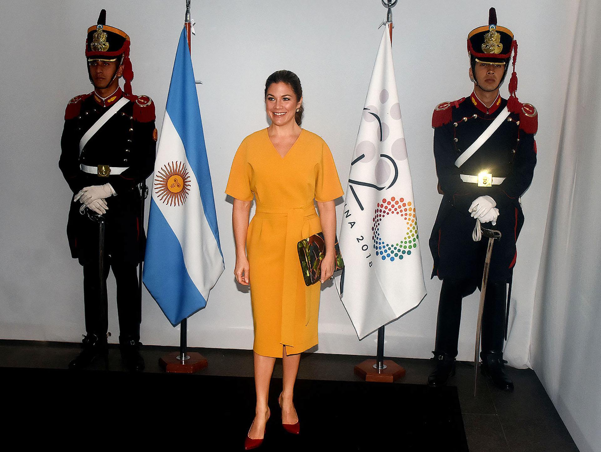 Sophie Trudeau, la mujer del primer ministro de Canadá, escogió un vestido estilo japonés en color mostaza. Con escote V, mangas amplias y un gran lazo a la cintura. Completó su look con un sobre multicolor y stilettos en punta y taco chupete en rojo acharolado