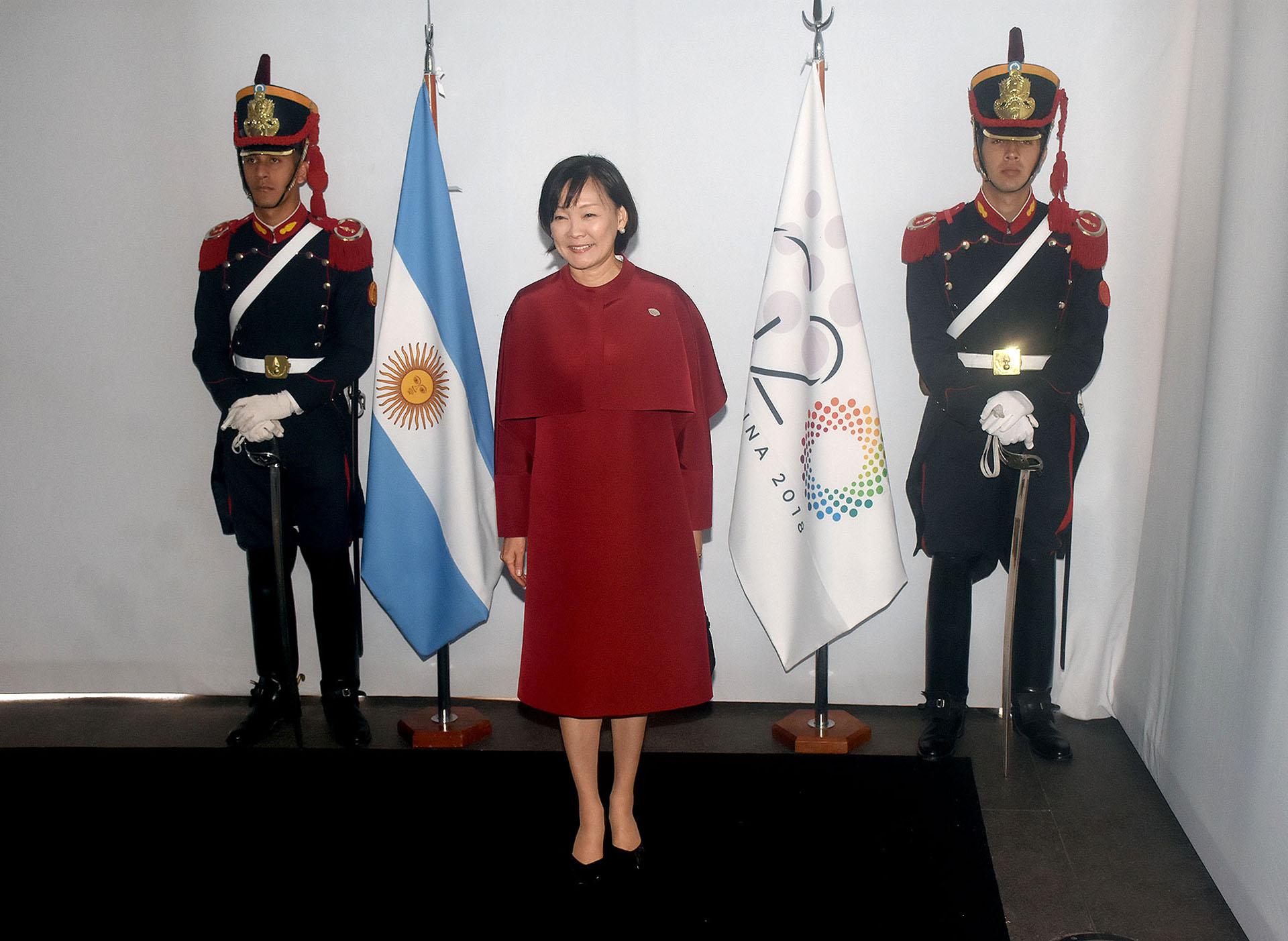 Akie Abe, esposa del primer ministro de Japón, apostó al total red. Un vestido recto a la rodilla con capa. Para los pies lució loafers en negro acharoladas. Los accesorios de la primera dama del país asiático fueron unos delicados aros de brillantes