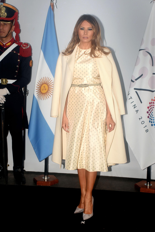 Para el beauty look, la primera dama de Estados Unidos optó por un cabello suelto y make up con sombra negra y al igual que Awada, labios rosados