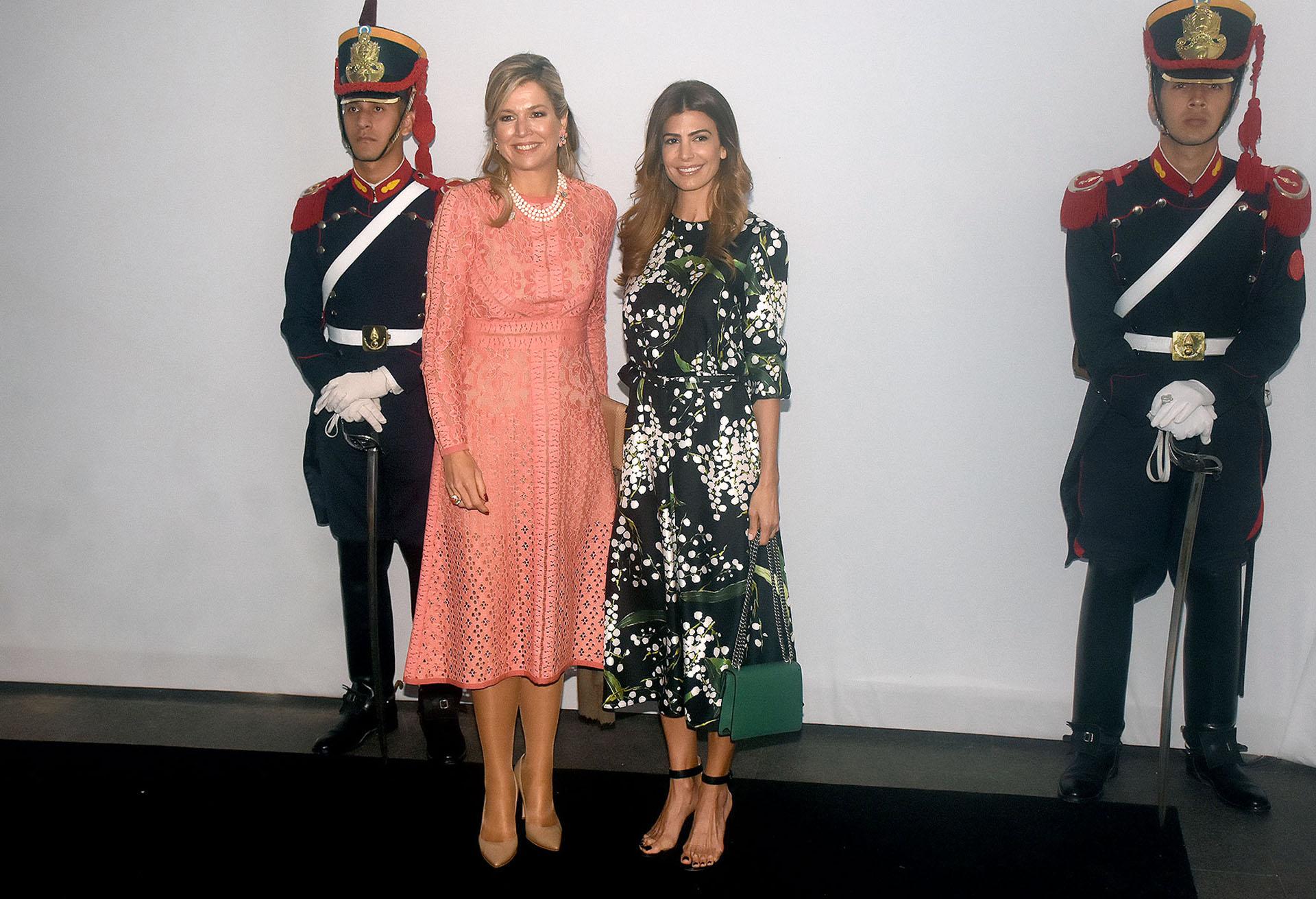 Máxima Zorreguieta con un vestido por debajo de la rodilla con mangas largas en rosa salmón con detalles de calado. Completó su look con stilettos en punta nude y collar de perlas