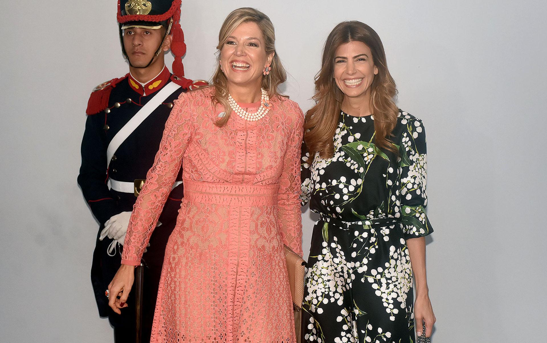 El beauty look de la reina de Holanda fue un peinado semi recogido y make up al natural. Junto a Awada se mostraron sonrientes ante los fotógrafos
